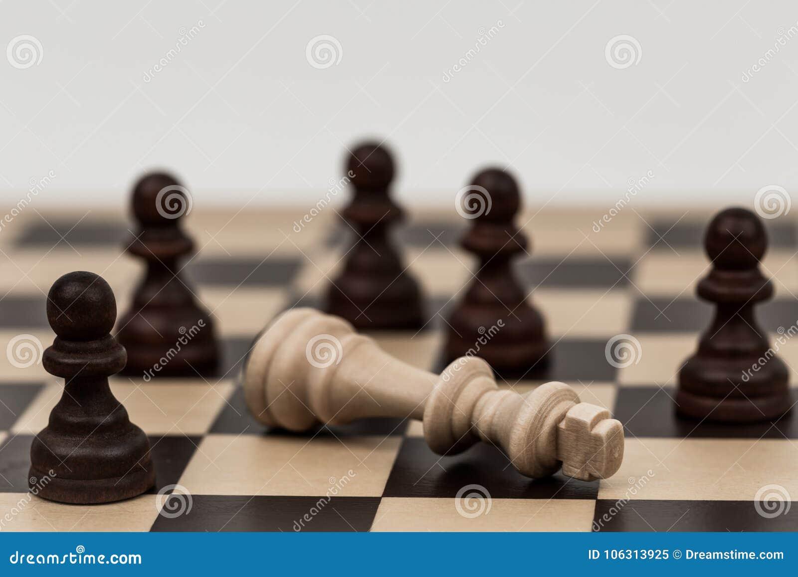 Ο βασιλιάς στο σκάκι έχει πέσει σε διάφορα ενέχυρα