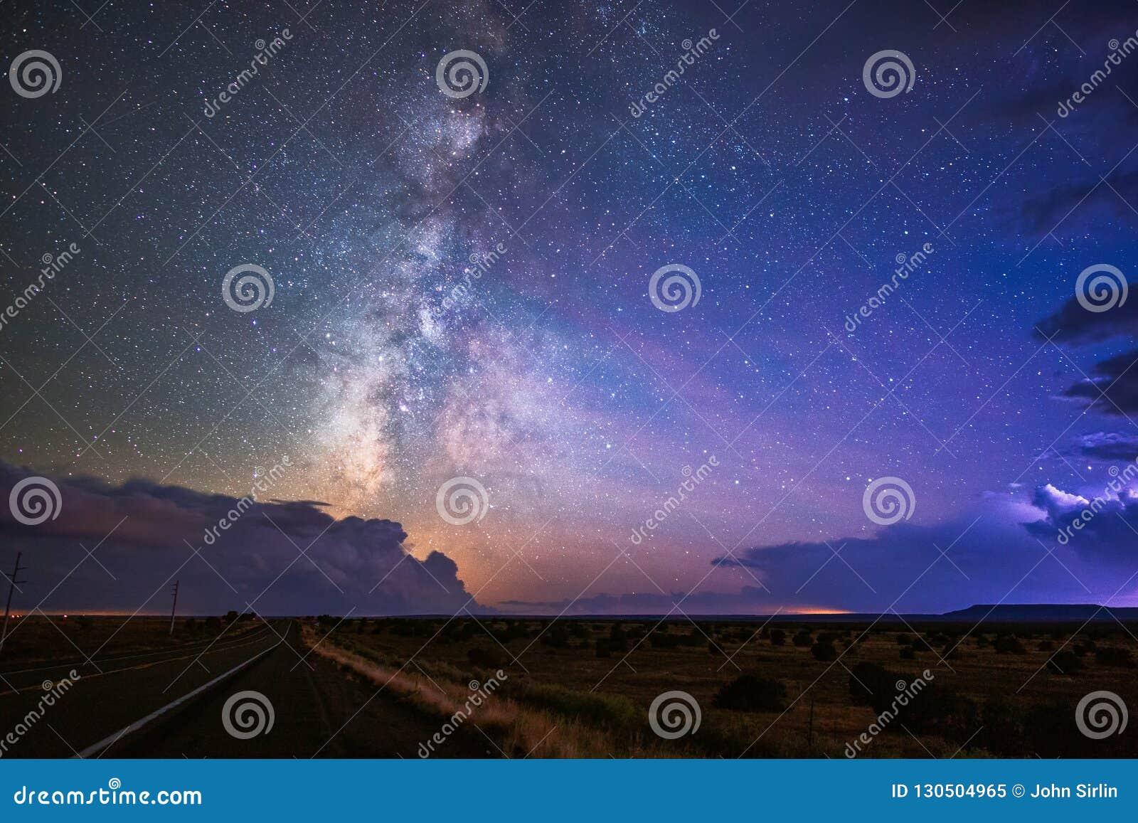 Ο γαλακτώδης τρόπος και ο έναστρος νυχτερινός ουρανός μεταξύ της καταιγίδας καλύπτουν