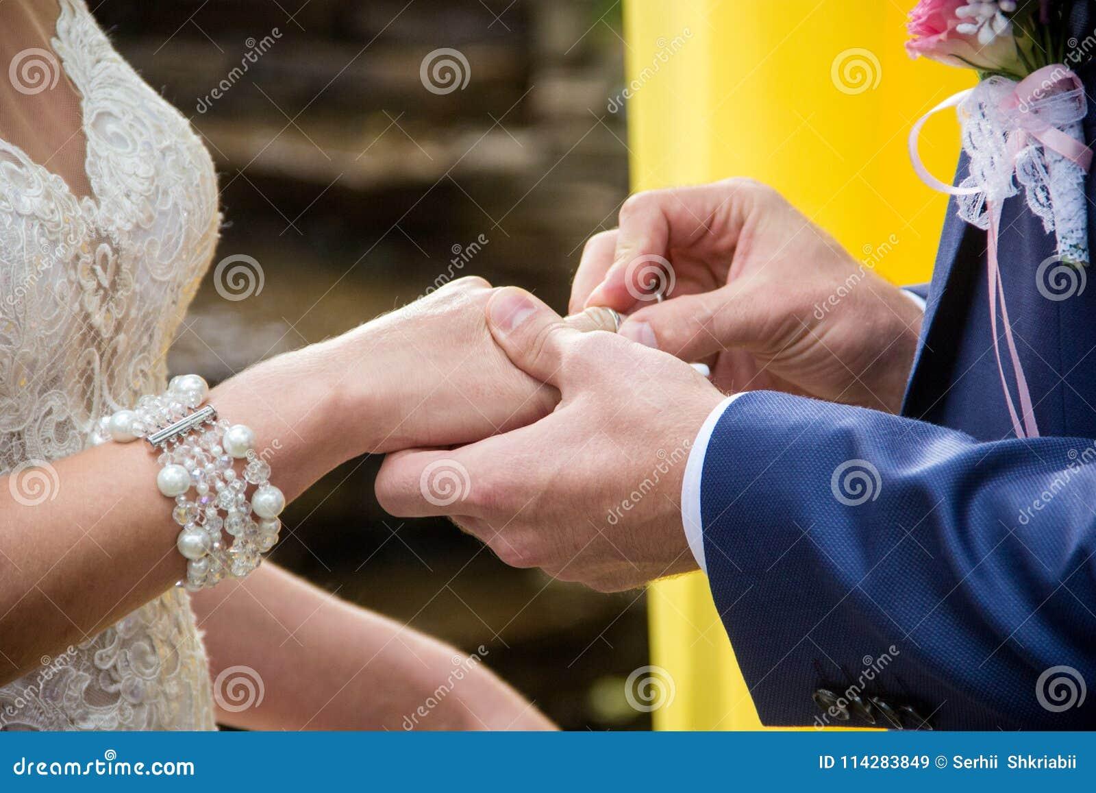 Ο γαμπρός βάζει στο δαχτυλίδι νυφών ` s