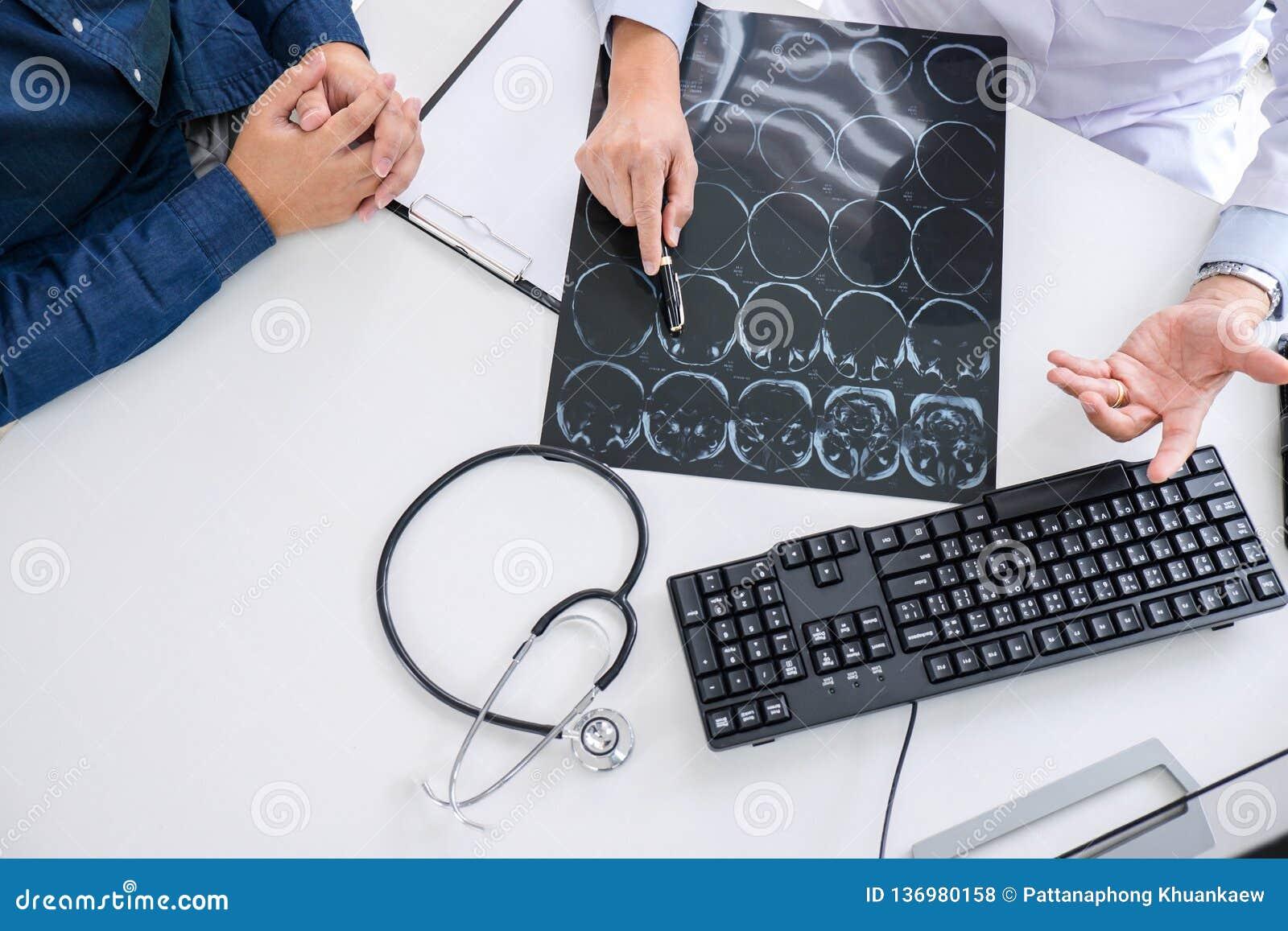 Ο γιατρός καθηγητή συστήνει την έκθεση μια μέθοδος με την υπομονετική θεραπεία, τα αποτελέσματα εξετάζουν επάνω μια των ακτίνων X