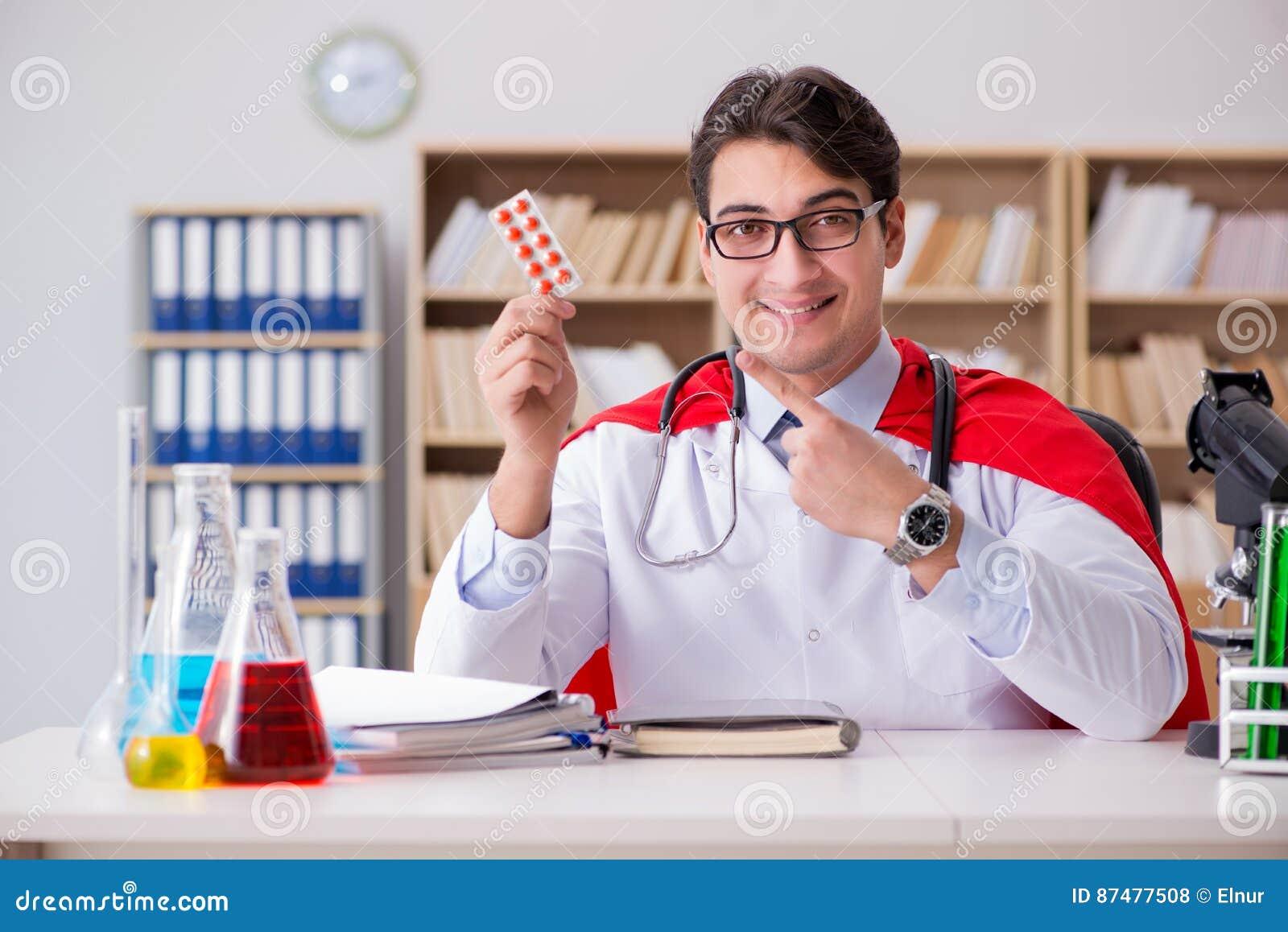 Ο γιατρός superhero που εργάζεται στο νοσοκομείο εργαστηρίων