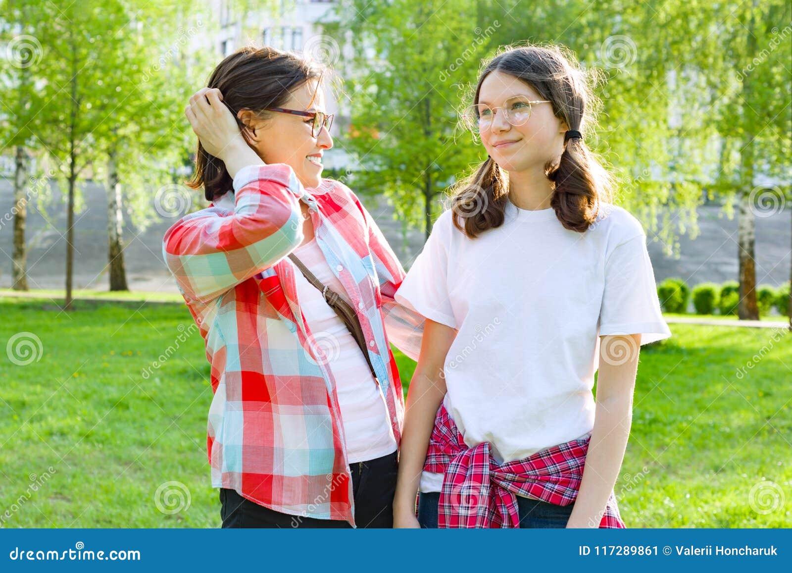 Ο γονέας και ο έφηβος, μητέρα μιλούν με την κόρη 13, 14 εφήβων της χρονών Φύση υποβάθρου, πάρκο