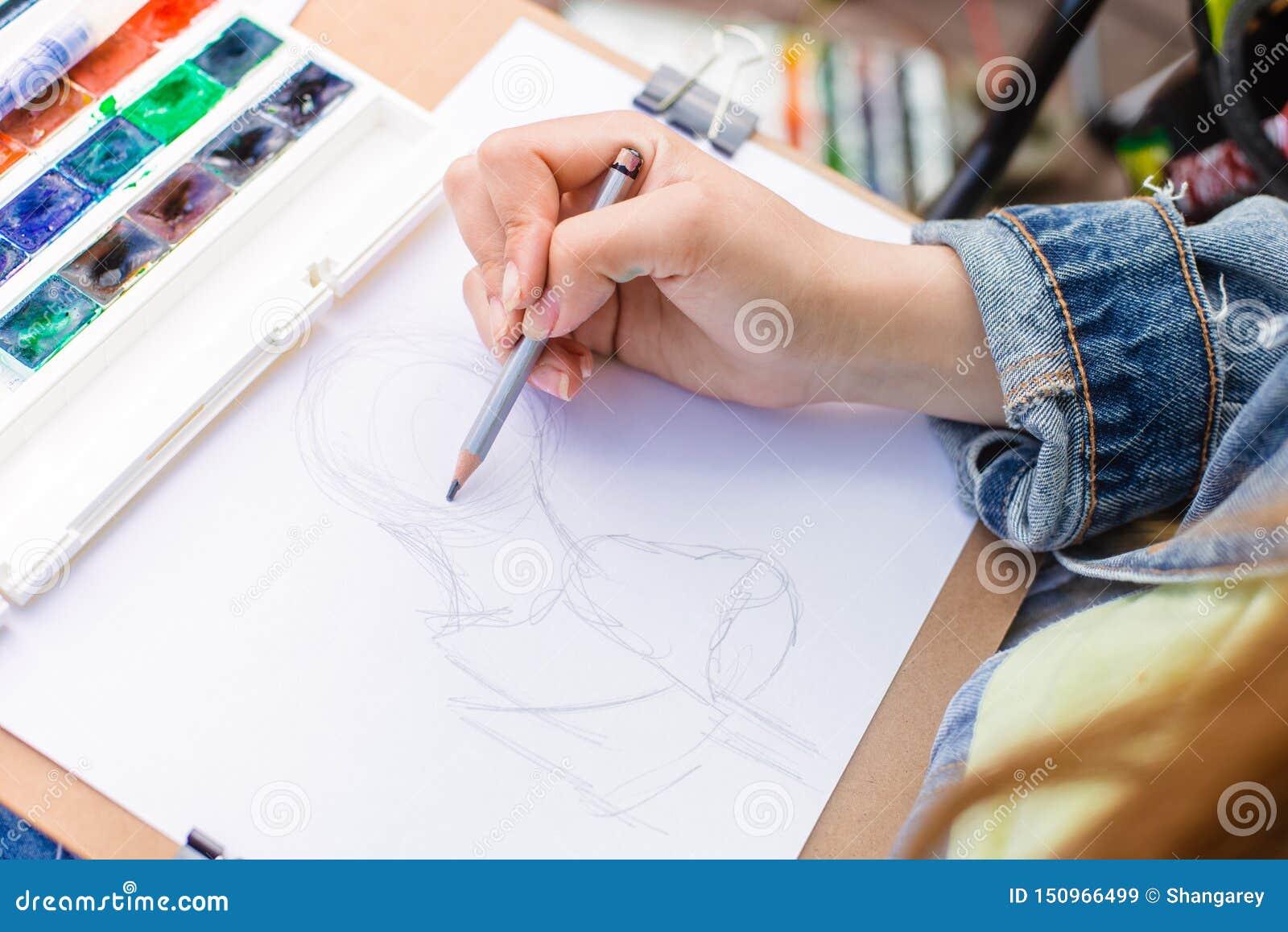 ο δημιουργικός καλλιτέχνης χρωματίζει μια ζωηρόχρωμη εικόνα Κινηματογράφηση σε πρώτο πλάνο των χεριών και της βούρτσας στο στάδιο