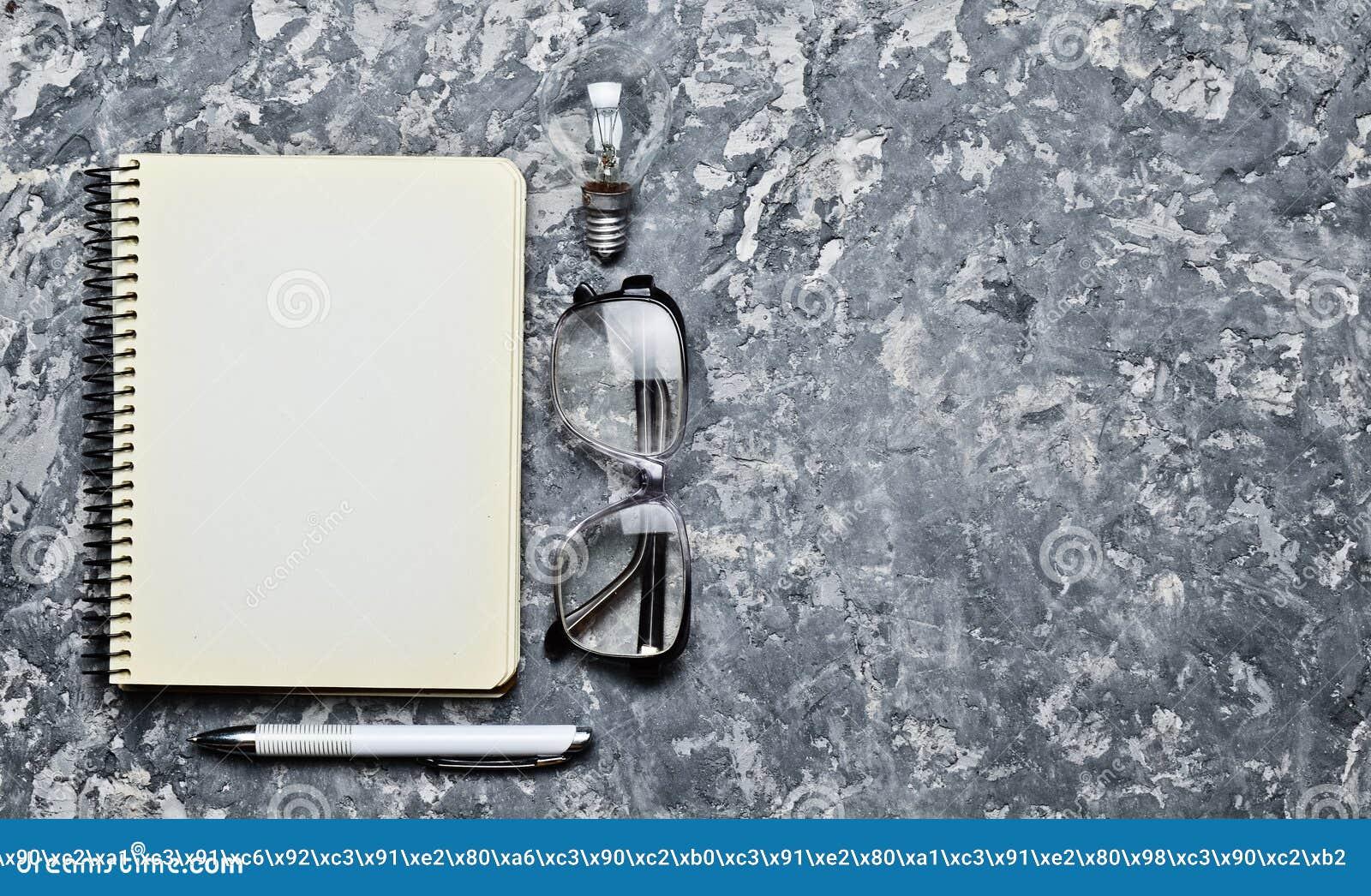 Ο δημιουργικός χώρος εργασίας του συγγραφέα είναι ενθαρρυντικός για να δημιουργήσει έχετε την ιδέα ι Σημειωματάριο, μάνδρα, πυρακ