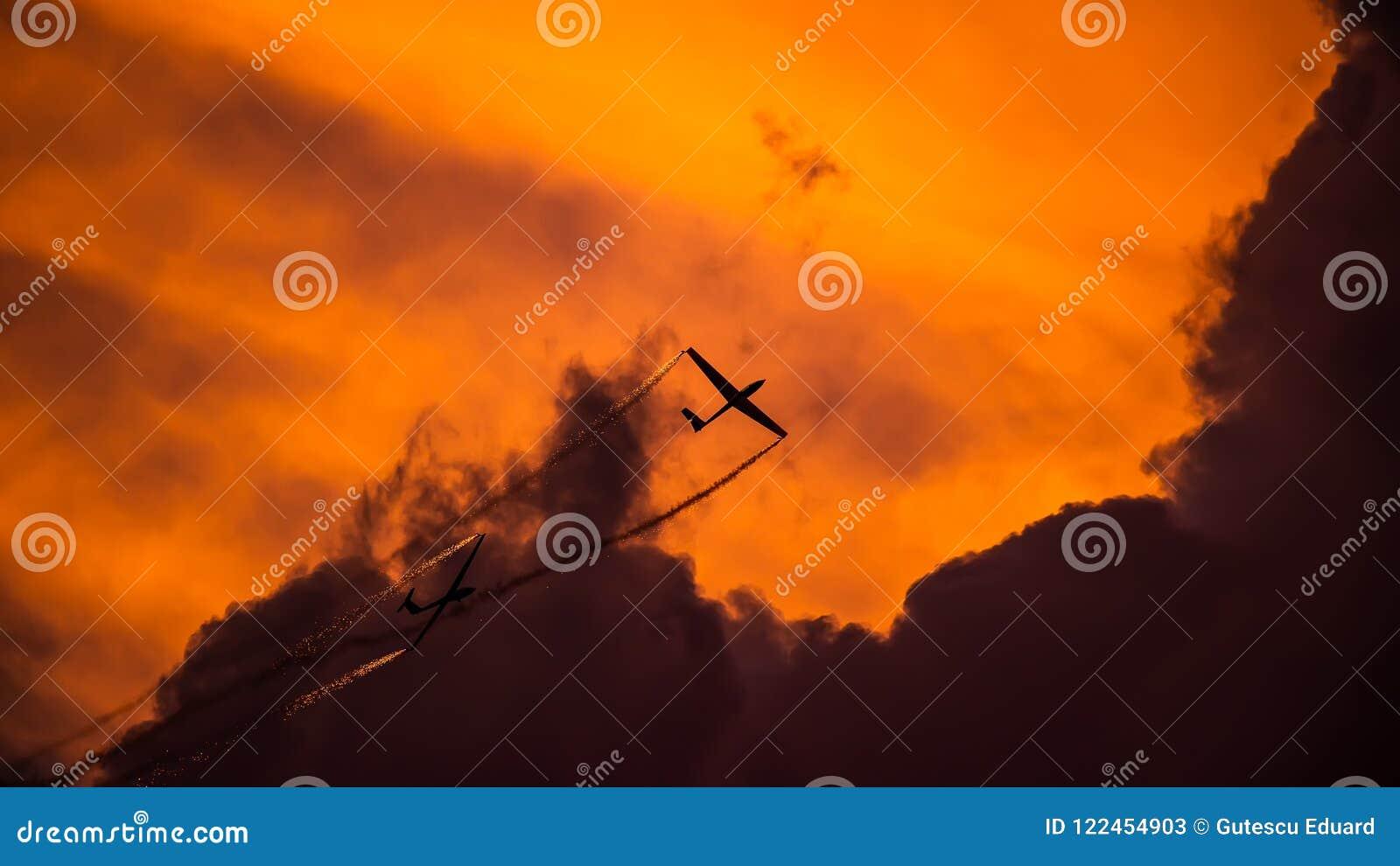 Ο διεθνής αέρας του Βουκουρεστι ου παρουσιάζει ΔΙΑΓΩΝΙΩΣ, aerobatic σκιαγραφία ομάδων διδύμου ανεμοπλάνων αέρα