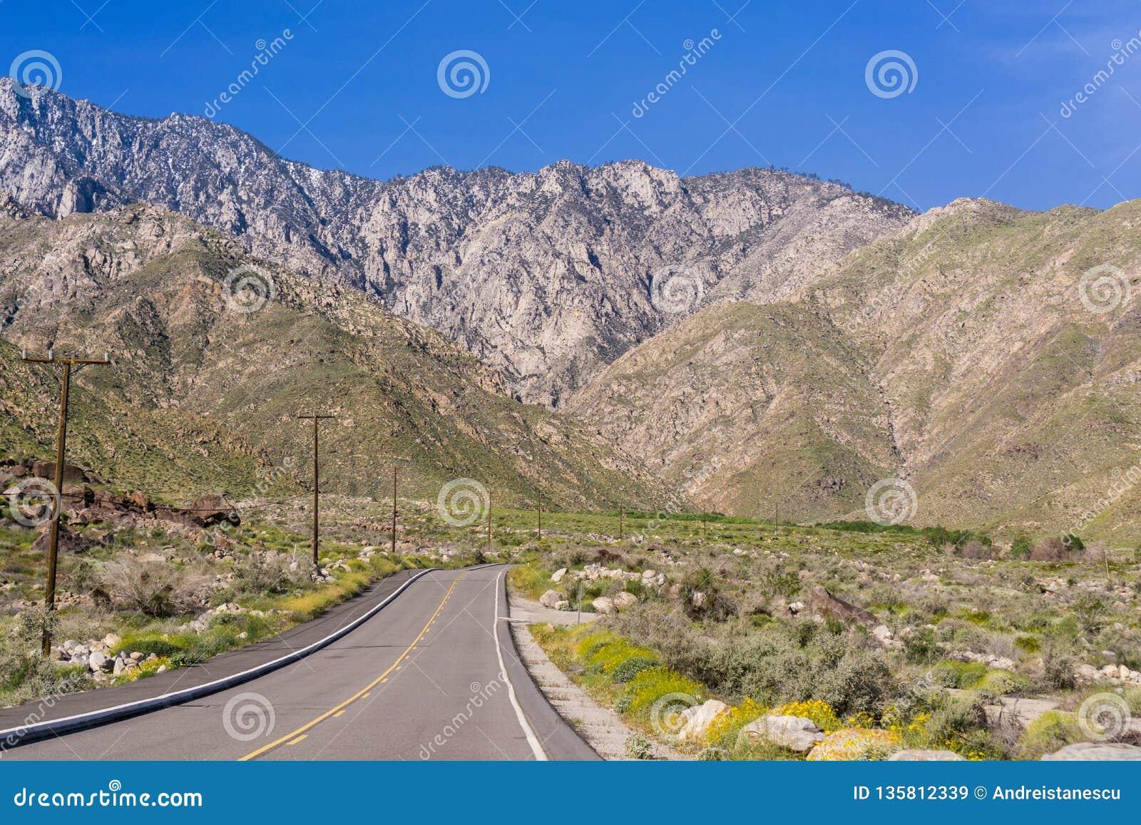Ο δρόμος που οδηγεί στην εναέρια τροχιοδρομική γραμμή Παλμ Σπρινγκς, τοποθετεί το SAN Jacinto, Καλιφόρνια