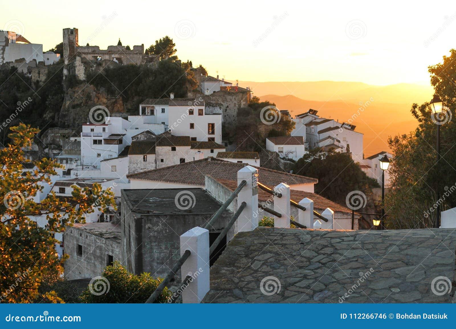 Ο δρόμος στην παλαιά πόλη που είναι το βουνό στο ηλιοβασίλεμα