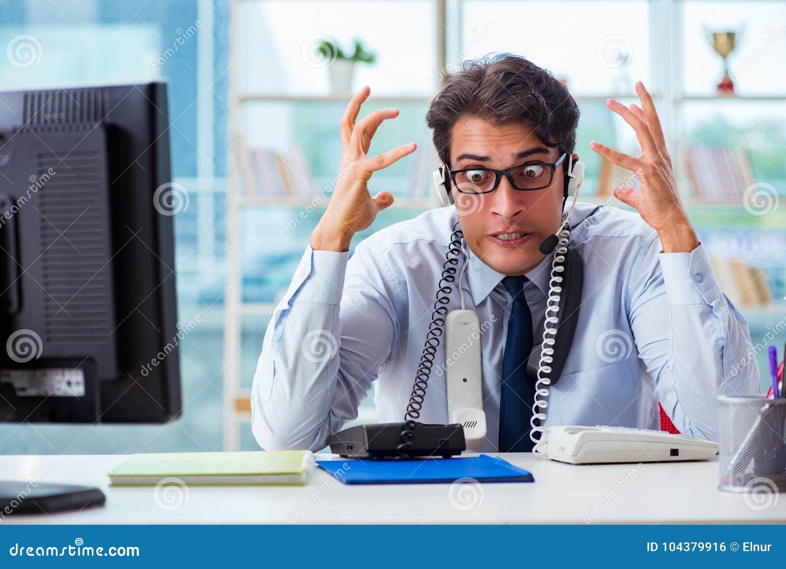 Ο δυστυχισμένος 0 εργαζόμενος τηλεφωνικών κέντρων που ματαιώνεται με το φόρτο εργασίας