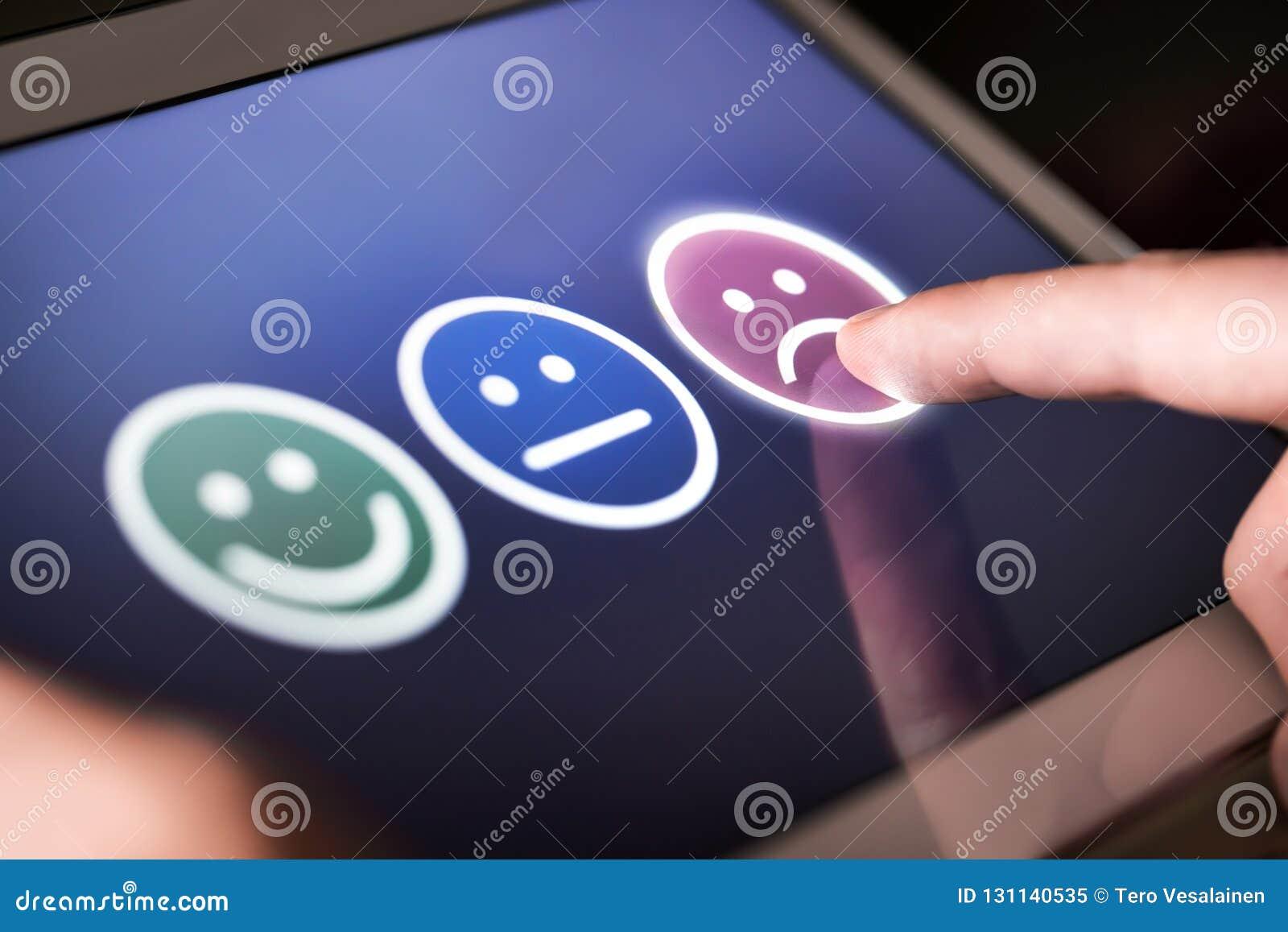 Ο δυστυχισμένος και απογοητευμένος πελάτης που δίνει τη χαμηλή εκτίμηση και αρνητικός ανατροφοδοτεί στην έρευνα