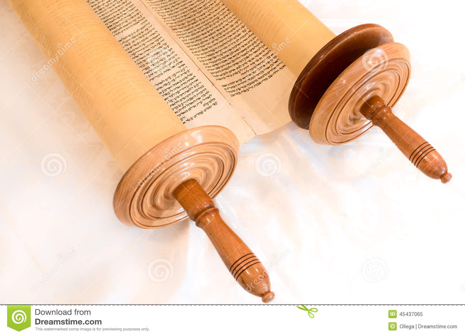 Ο εβραϊκός χειρόγραφος κύλινδρος Torah, σε μια συναγωγή αλλάζει
