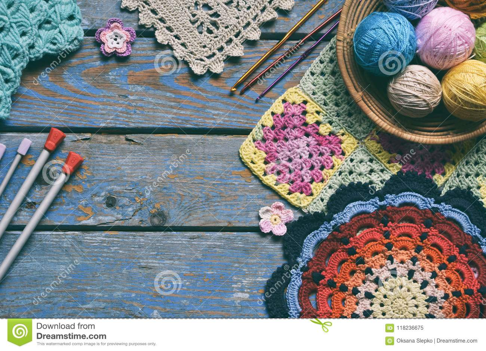 Ο εξοπλισμός για το πλέξιμο και το γάντζο τσιγγελακιών, olorful νήμα βαμβακιού ουράνιων τόξων, σφαίρα των νημάτων, μαλλί, έπλεξε