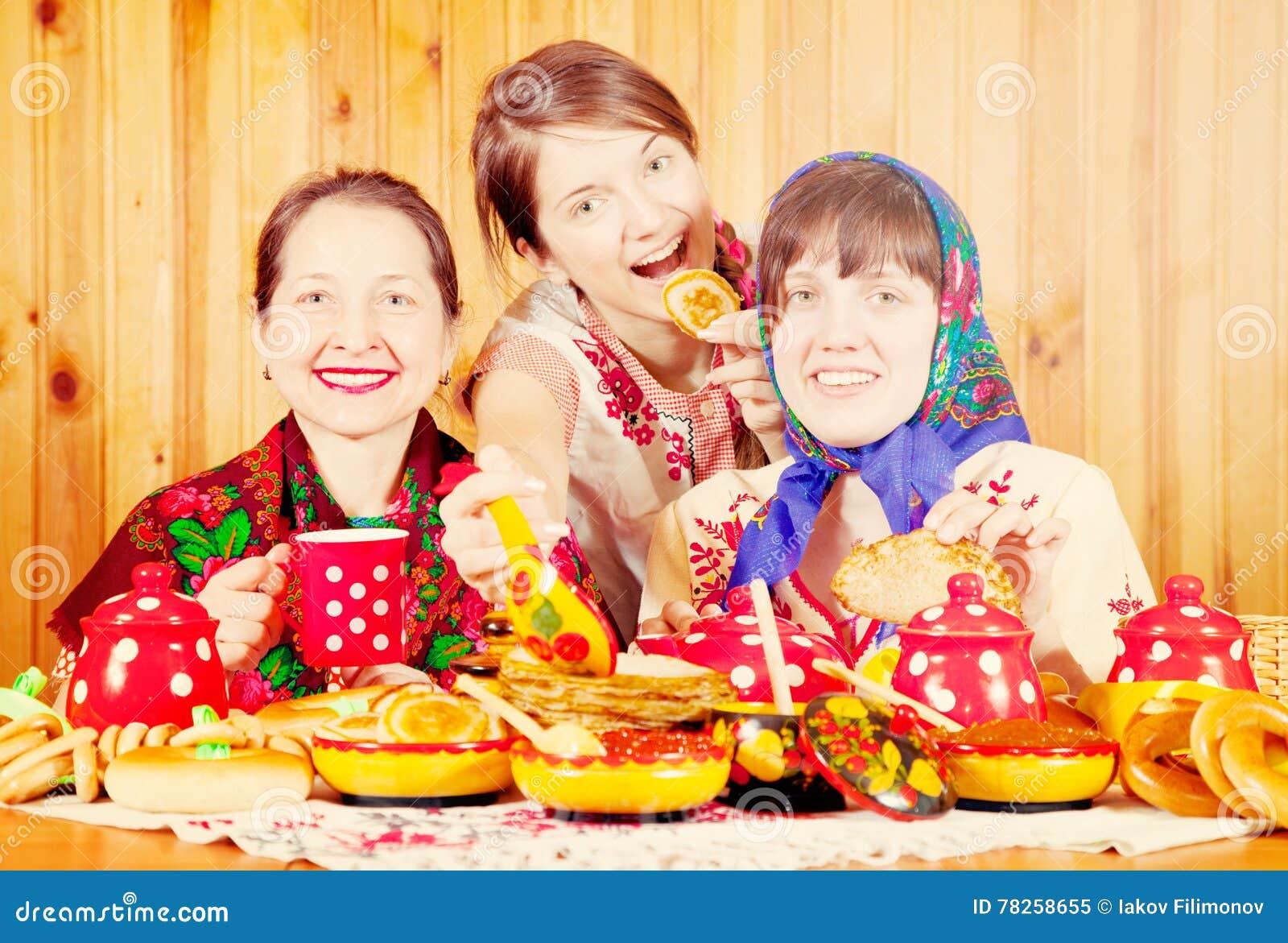 ο εορτασμός τρώει τις γυναίκες shrovetide τηγανιτών