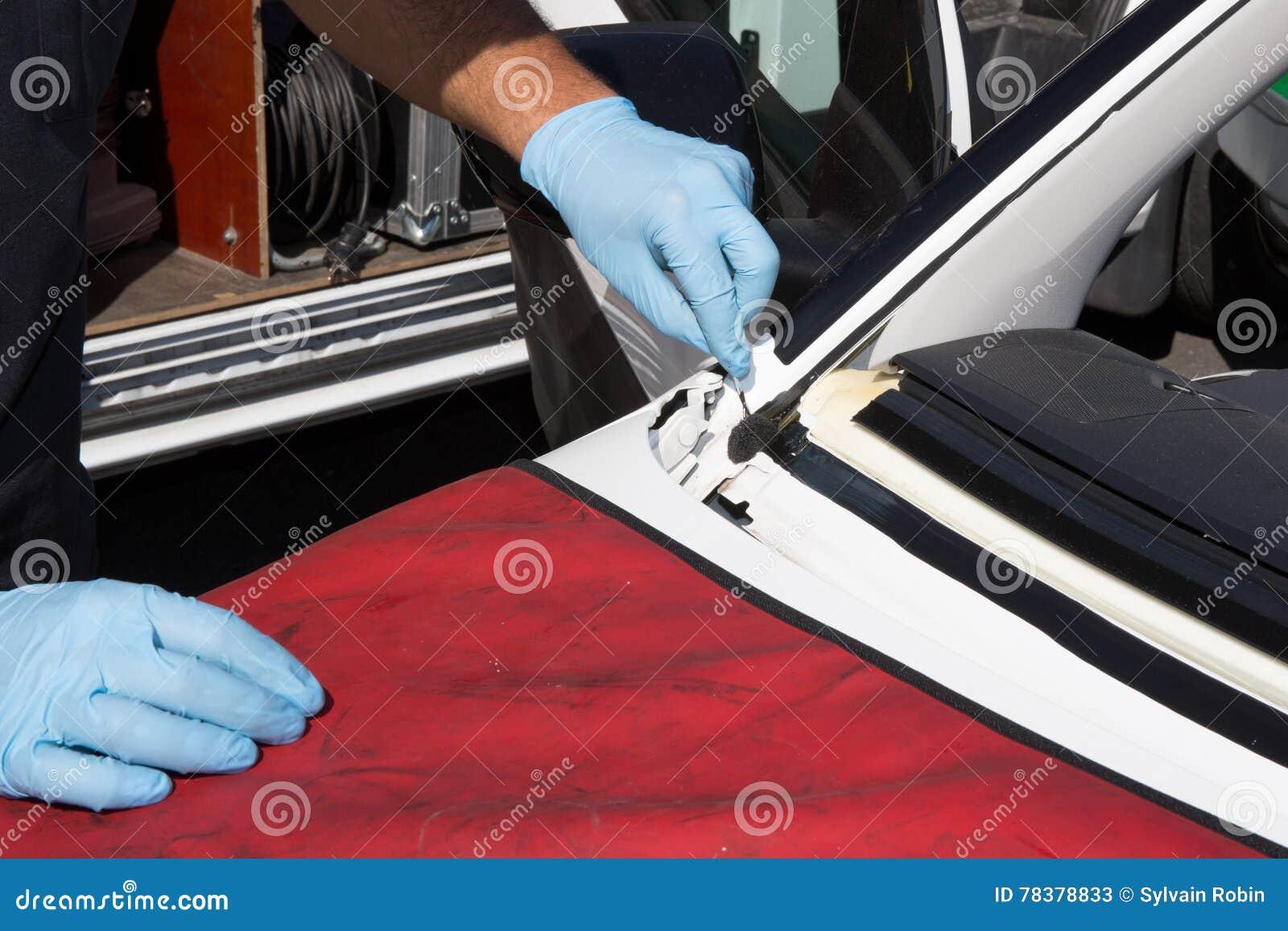 Ο επισκευαστής επισκευάζει τον ανεμοφράκτη του αυτοκινήτου