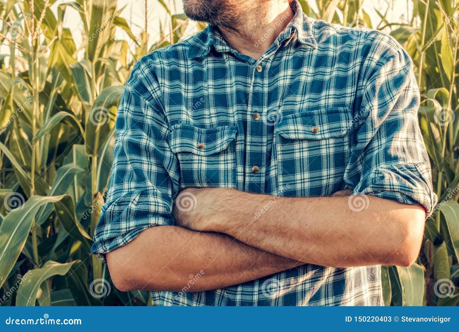 Ο επισφαλής αγρότης με τα όπλα που διασχίζονται στην άμυνα θέτει
