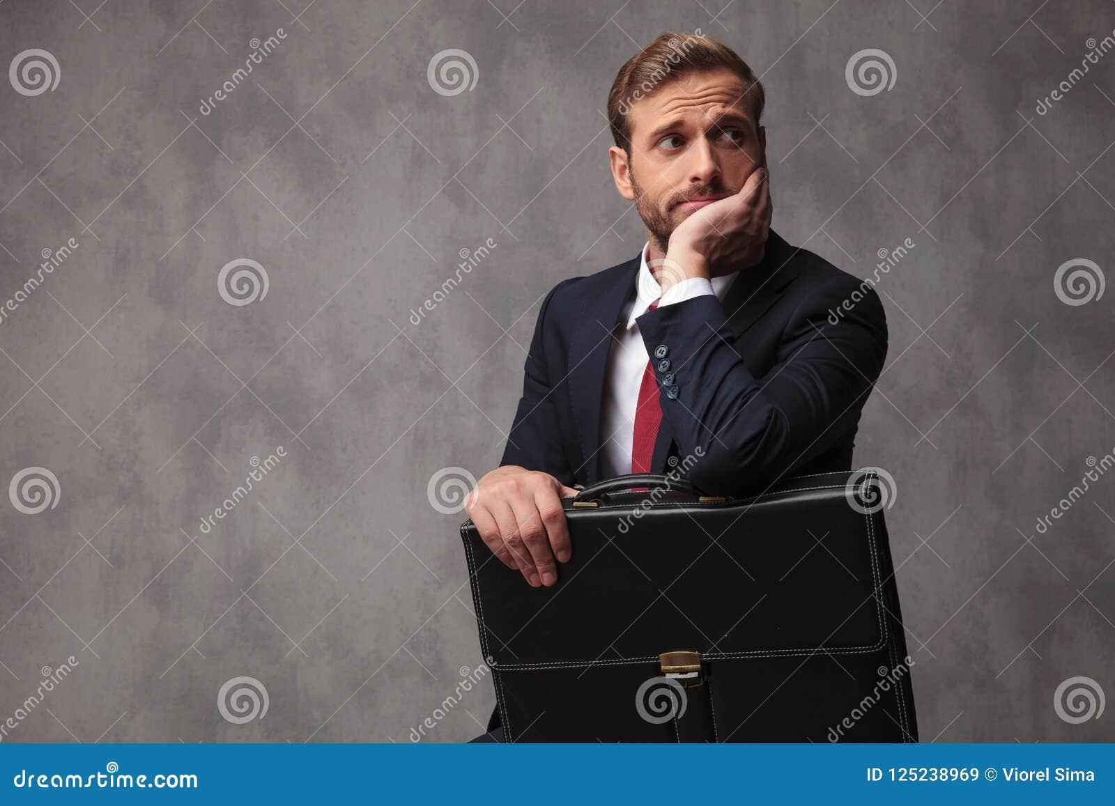 Ο επισφαλής επιχειρηματίας φαίνεται ανησυχημένος και σκεπτικός