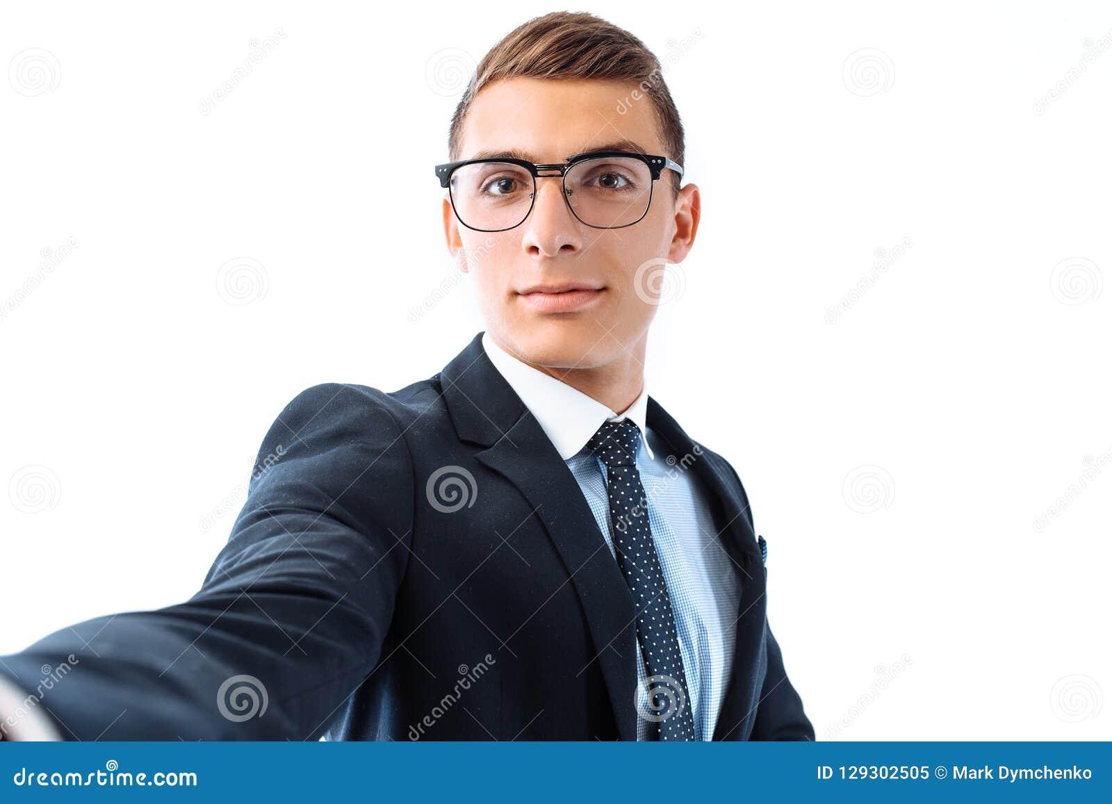 Ο επιτυχής επιχειρηματίας στα γυαλιά και το κοστούμι, παίρνει ένα selfie με