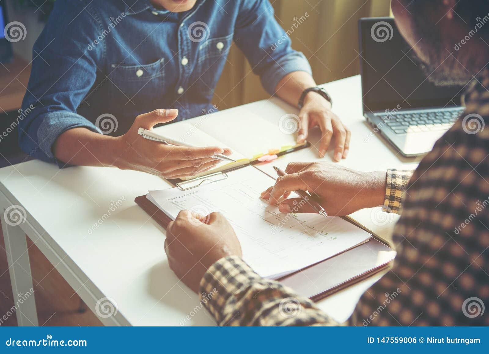 Ο επιχειρηματίας αναλύει την έννοια, νέο πλήρωμα Διευθυντών επιχείρησης που απασχολείται στο νέο πρόγραμμα ξεκινήματος