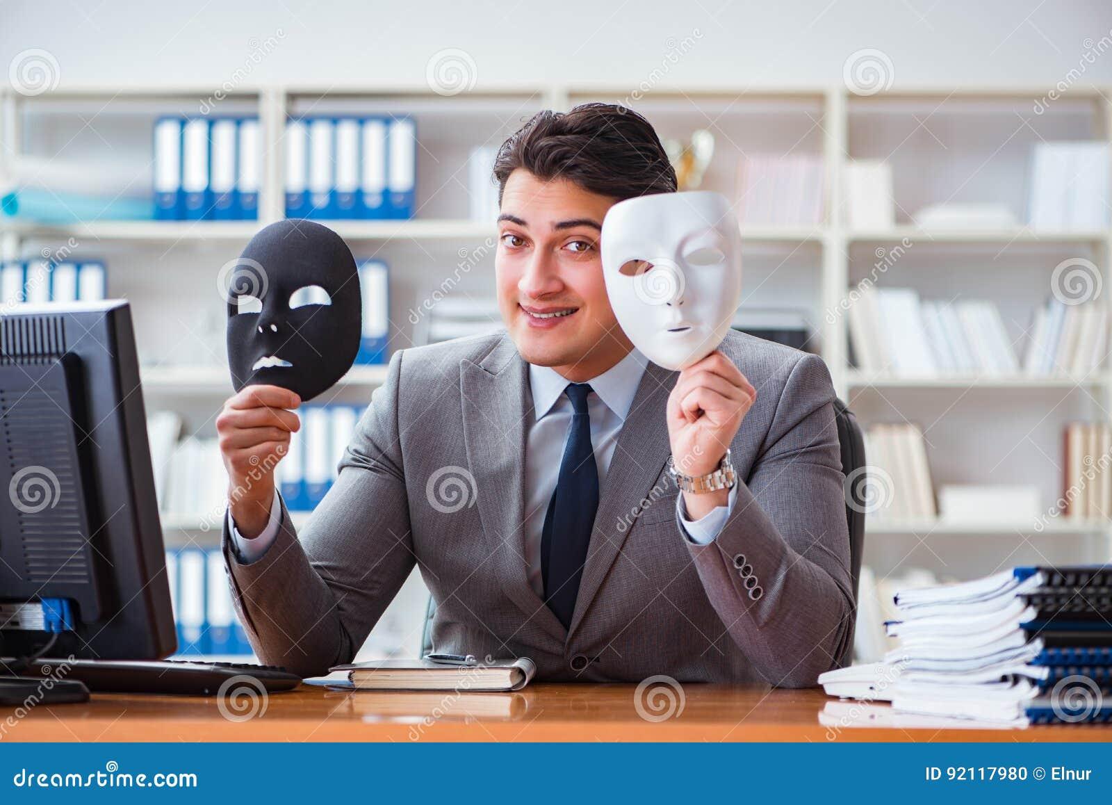 Ο επιχειρηματίας με τη μάσκα στην έννοια υποκρισίας γραφείων