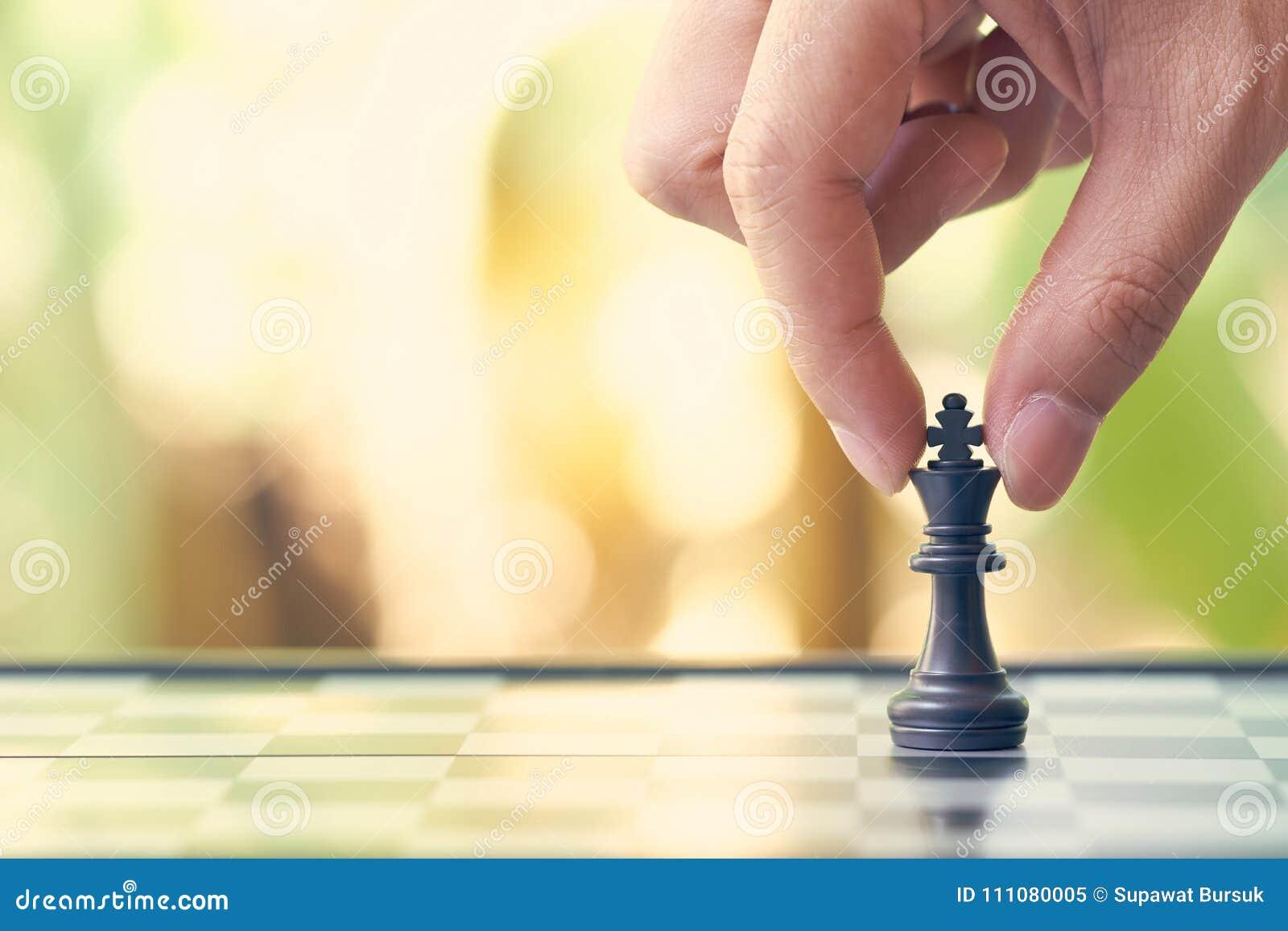 Ο επιχειρηματίας που κρατά ένα σκάκι βασιλιάδων τοποθετείται σε μια σκακιέρα χρησιμοποίηση ως επιχειρησιακή έννοια υποβάθρου και