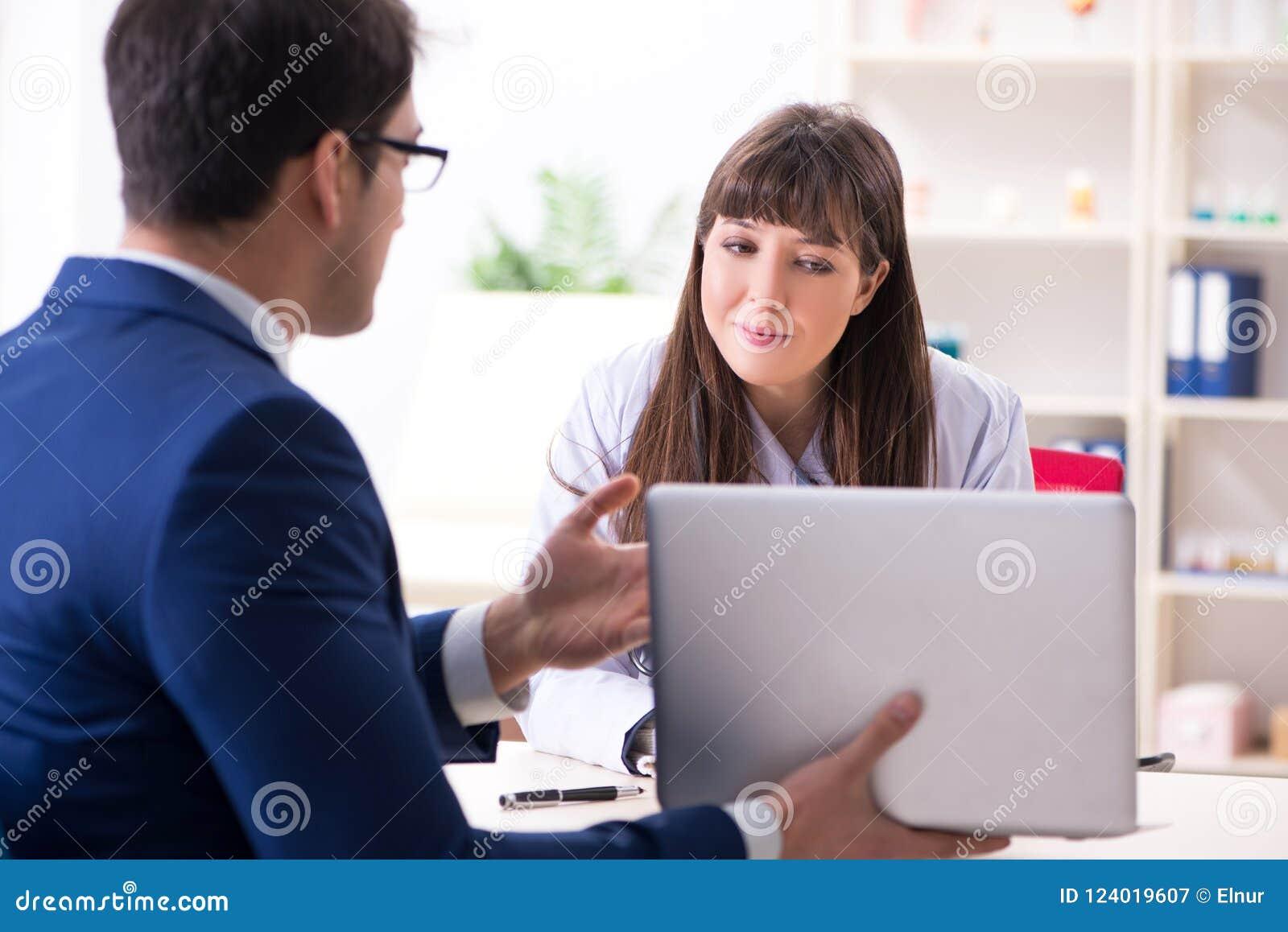 Ο επιχειρηματίας που συζητά τα ζητήματα υγείας με το γιατρό