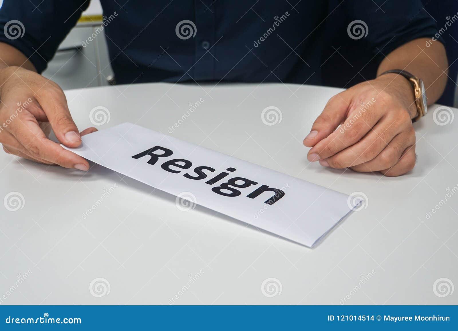 Ο επιχειρηματίας υποβάλλει το γράμμα παραίτησης στον προϊστάμενό του στο γραφείο γραφείων