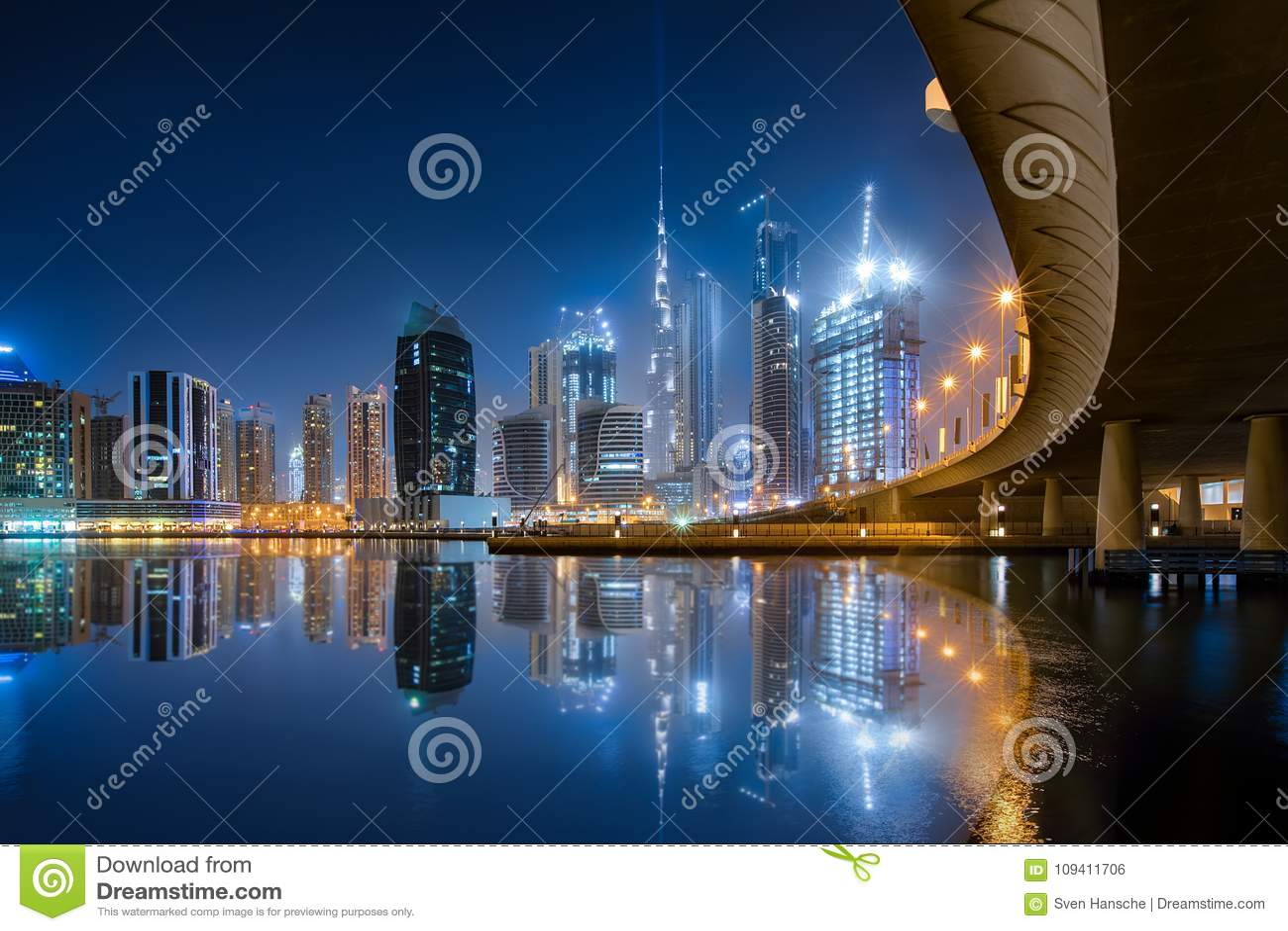 Ο επιχειρησιακός κόλπος στο Ντουμπάι κατά τη διάρκεια της νύχτας