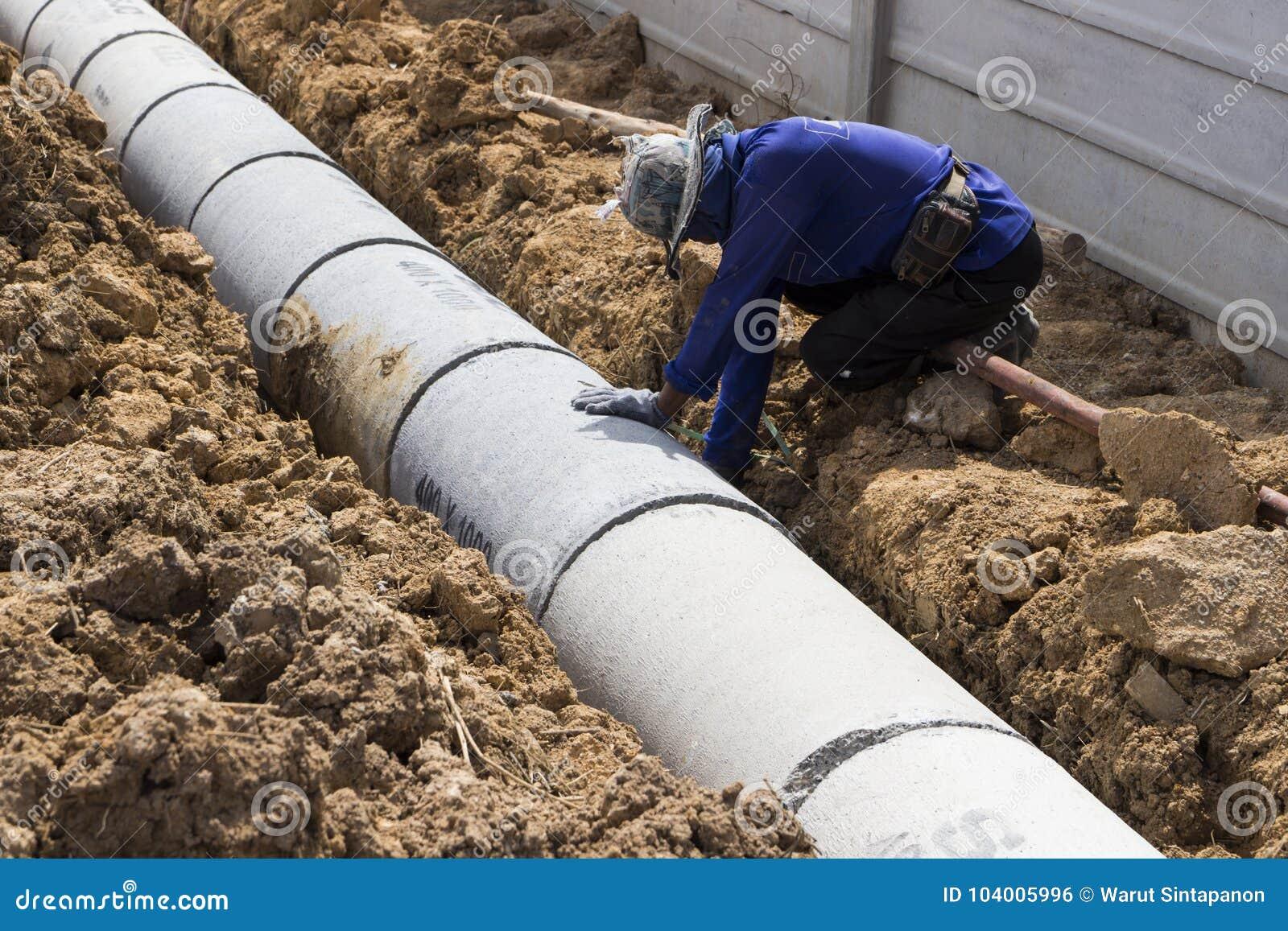 Ο εργαζόμενος εγκαθιστά τις προκατασκευασμένες συγκεκριμένες καταπακτές