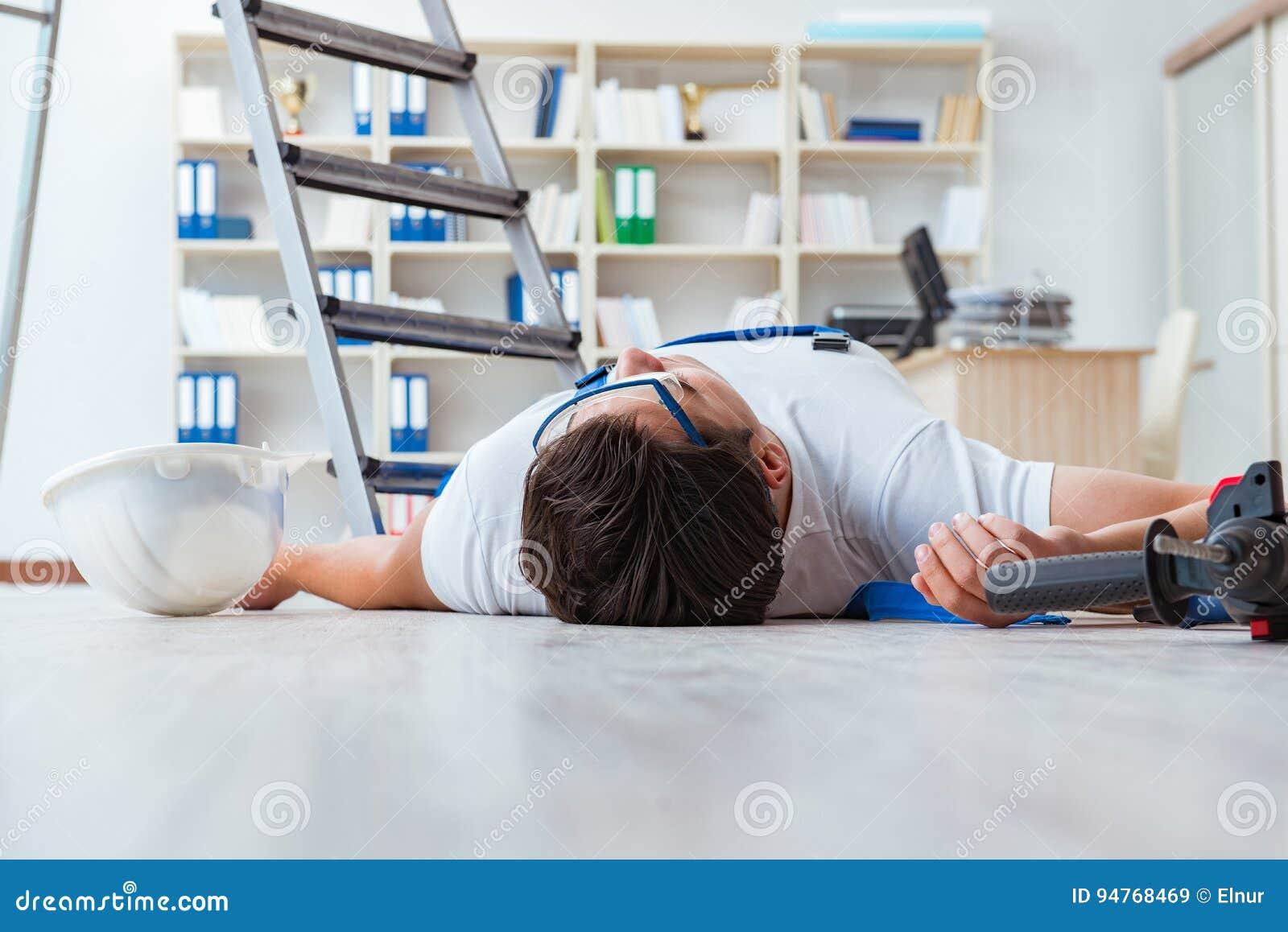 Ο εργαζόμενος μετά από να πέσει από το ύψος - επισφαλής συμπεριφορά