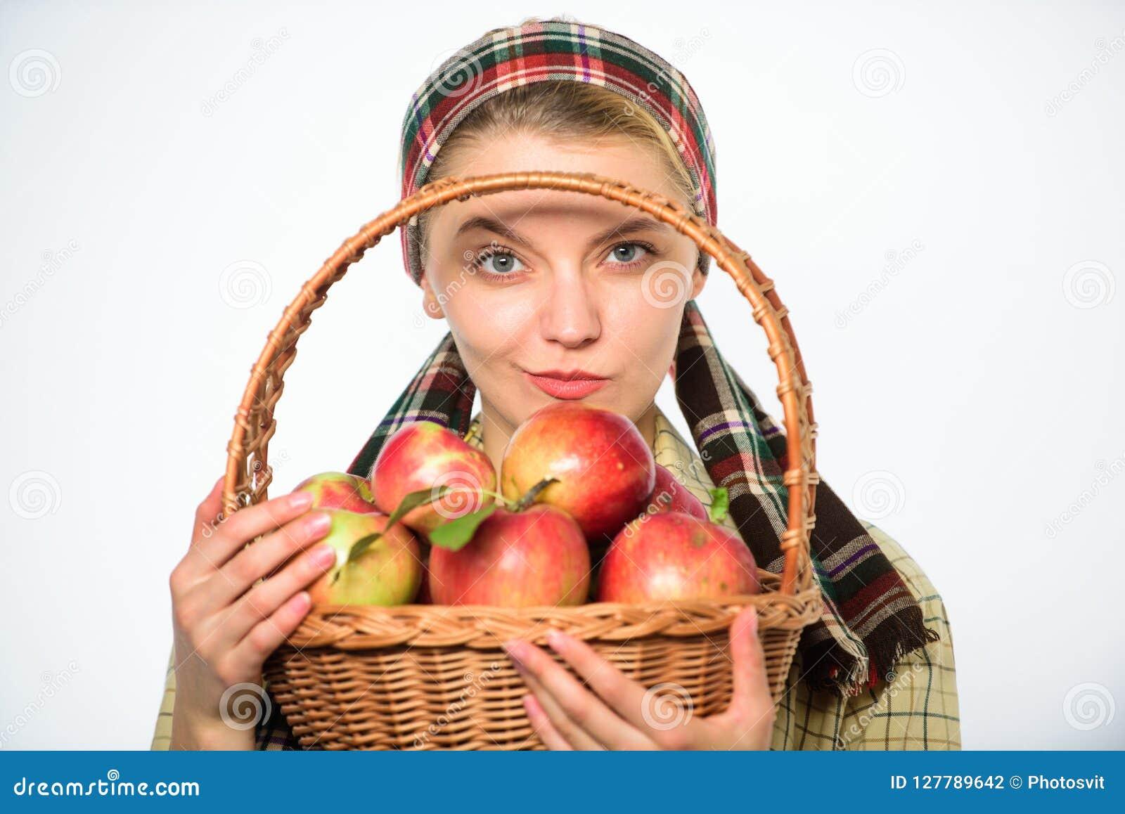 Ο εύθυμος χωρικός γυναικών φέρνει το καλάθι με τα φυσικά φρούτα Κηπουρός γυναικείων αγροτών υπερήφανος του κηπουρού γυναικών συγκ