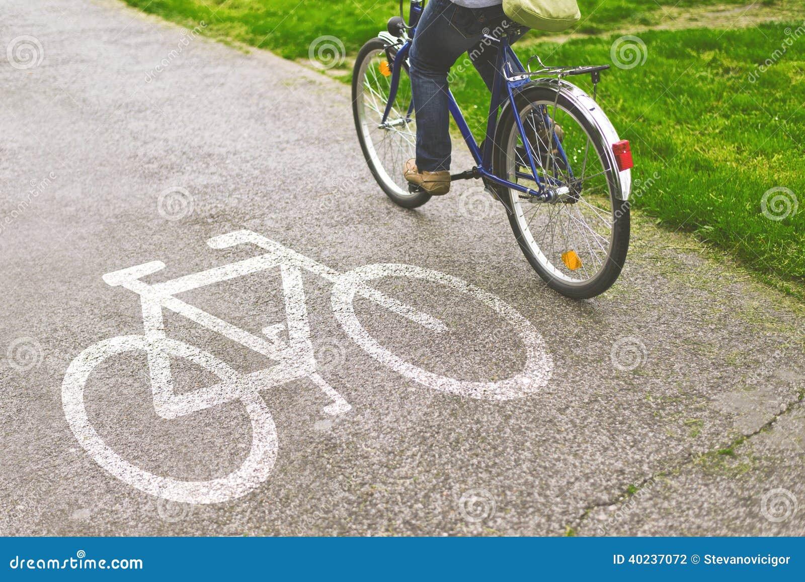 Οδηγώντας ποδήλατο γυναικών σε μια πορεία ποδηλάτων