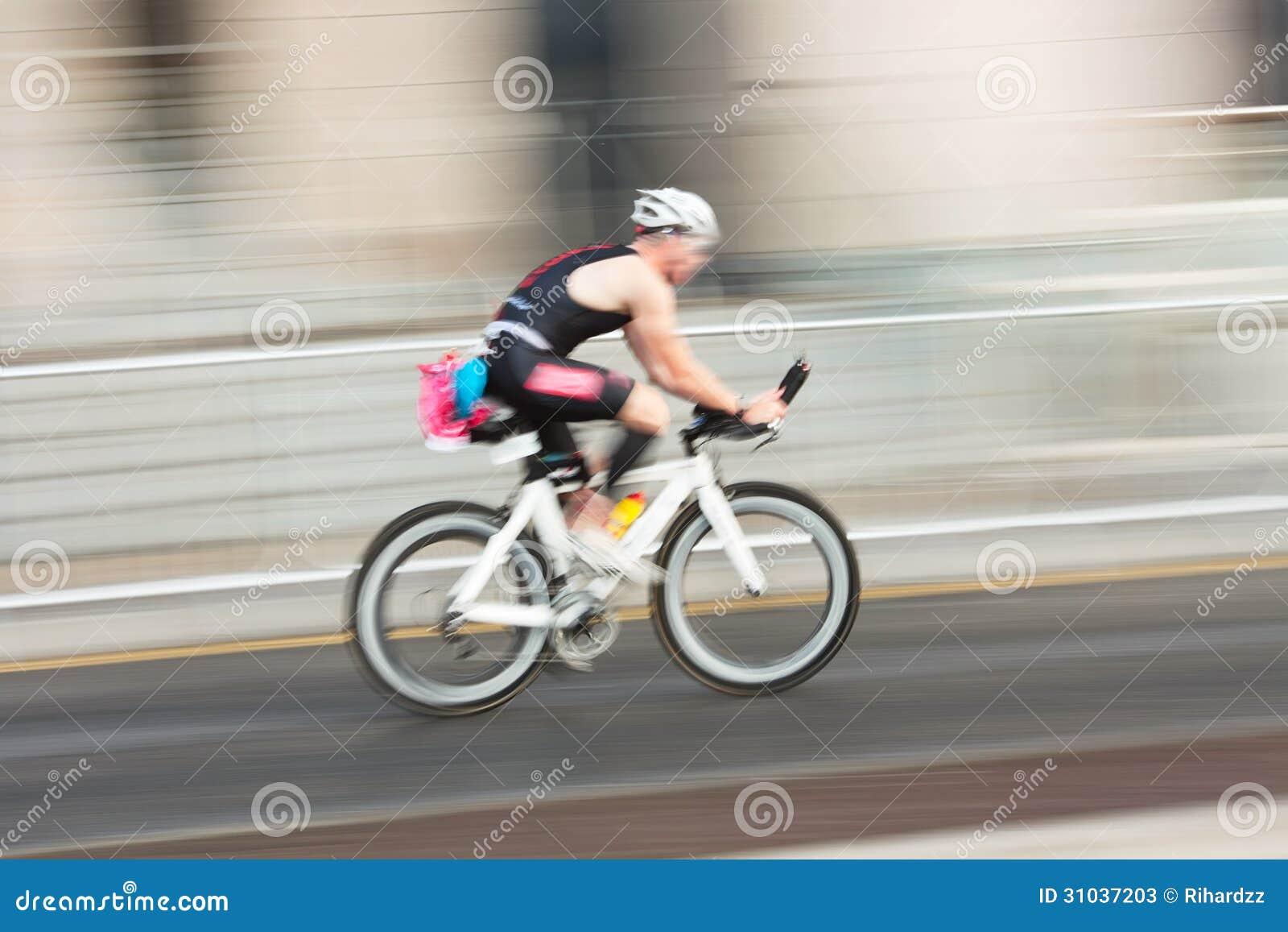 Οδηγώντας ποδήλατο Athlet