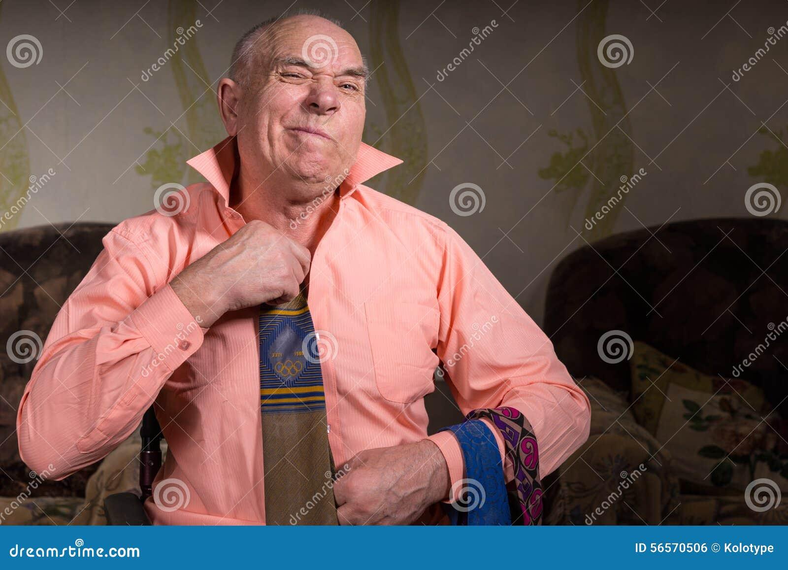 Download Ο ηληκιωμένος προσπαθεί σε έναν δεσμό με το δυσαρεστημένο πρόσωπο Στοκ Εικόνες - εικόνα από ιματισμός, διαβίωση: 56570506