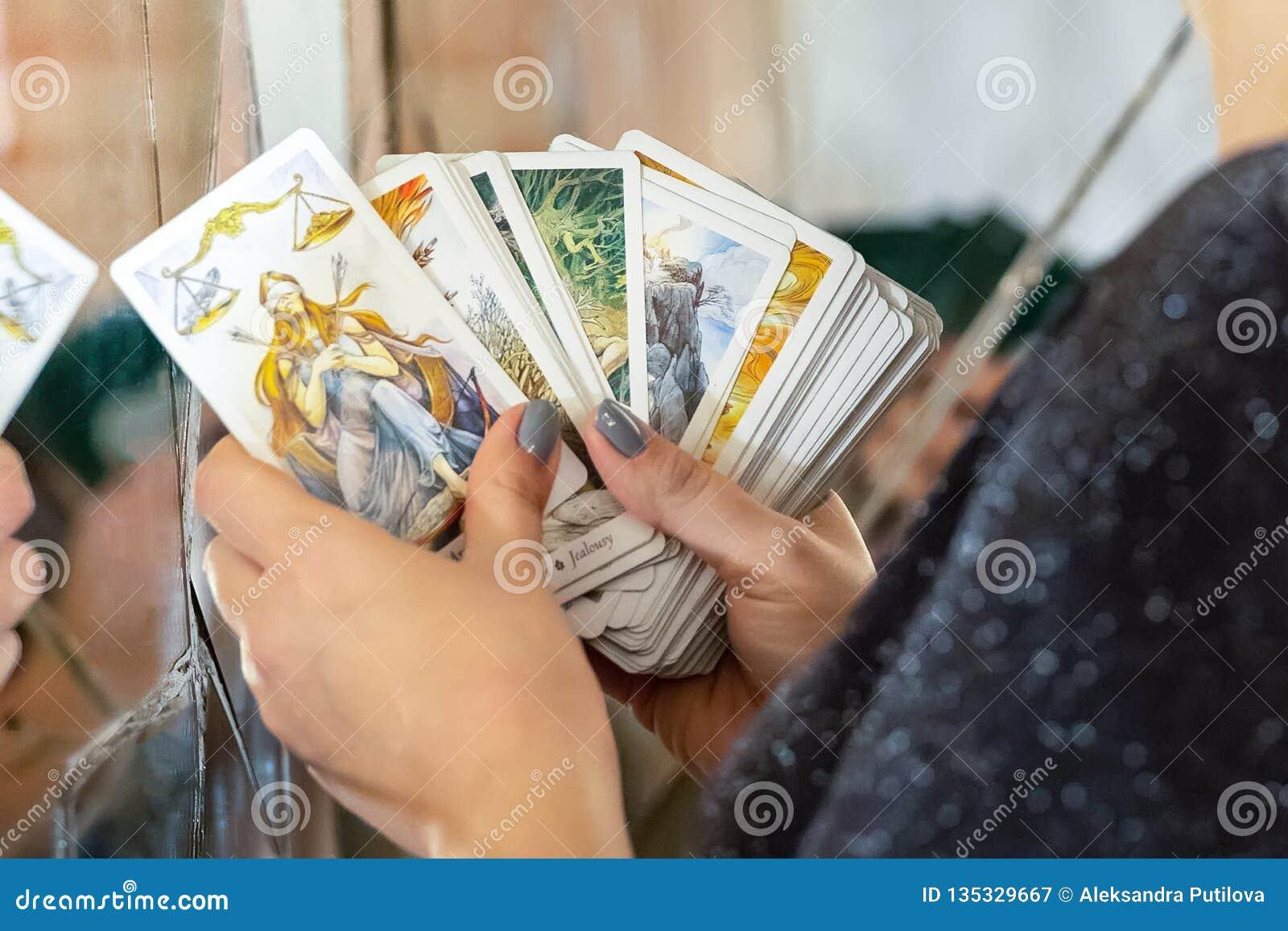 Ο θηλυκός ειδικός στις διαγνώσεις εξετάζει παρουσιάζει εικασία καρτών