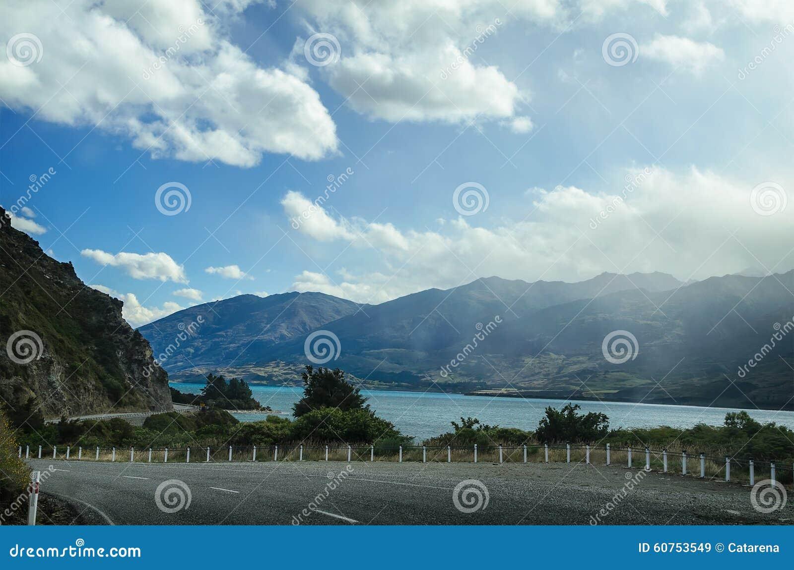 Οδικός αυτοκινητόδρομος εθνικών οδών κοντά στη λίμνη Wanaka