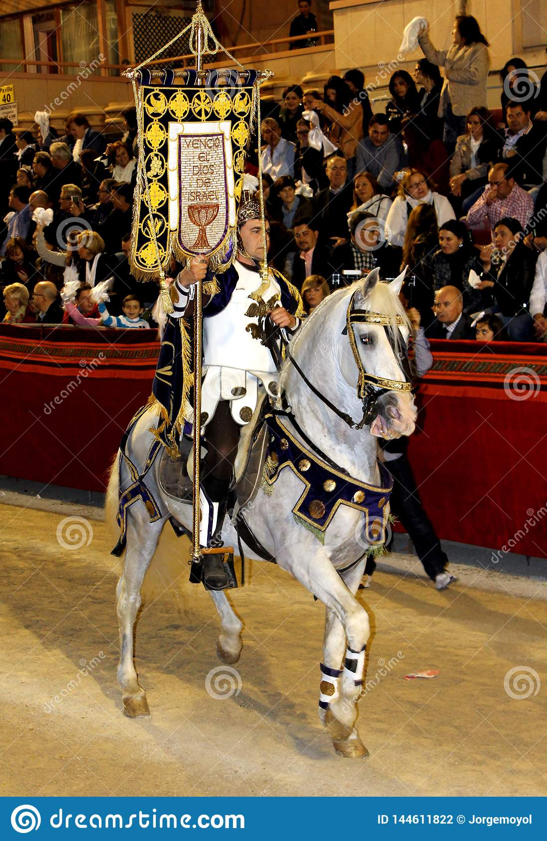 Ο ιππέας έντυσε όπως έναν παλαιό ρωμαϊκό στρατιώτη λεγεωναρίων που οδηγά ένα όμορφο άσπρο άλογο