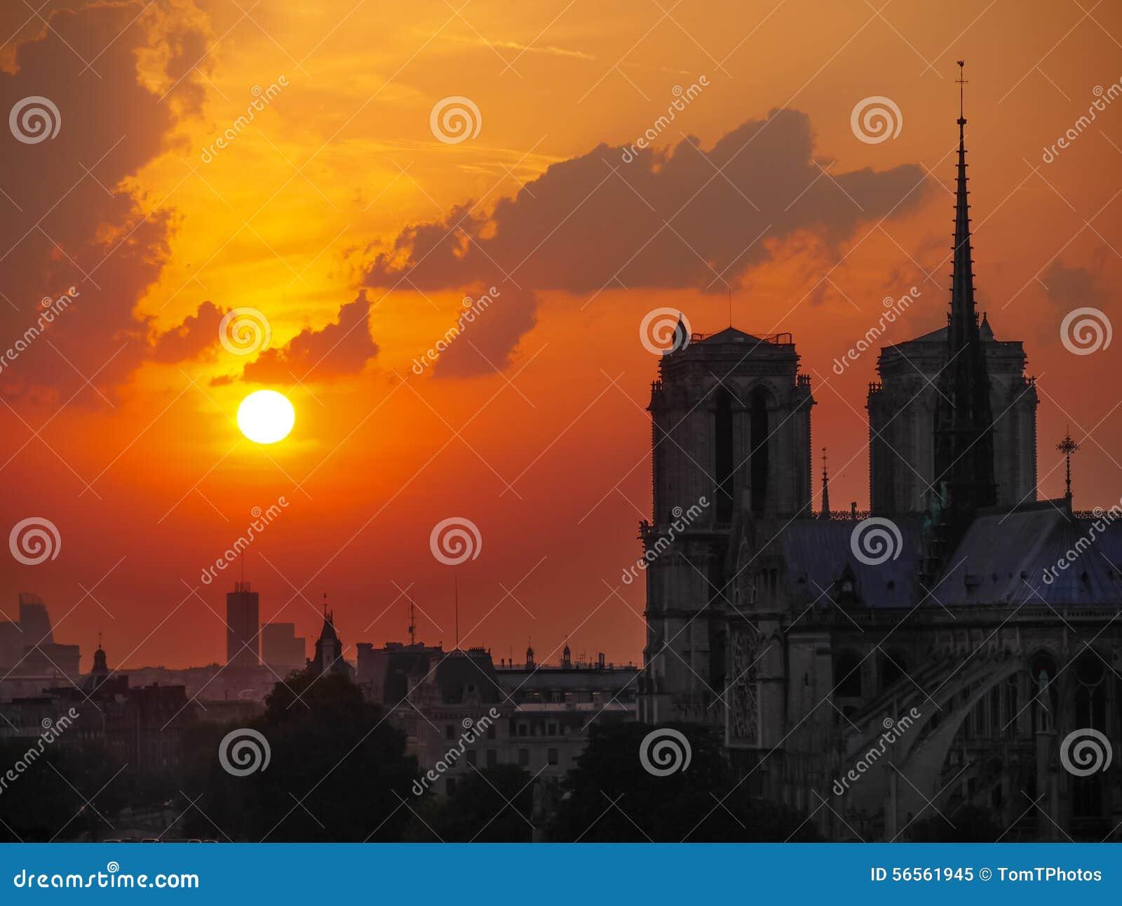 Download Ο καθεδρικός ναός της Notre Dame στο ηλιοβασίλεμα στο Παρίσι Στοκ Εικόνα - εικόνα από παρισινά, κεφάλαιο: 56561945