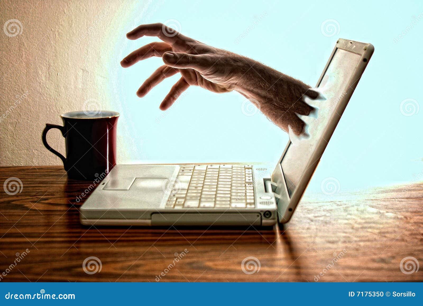 ο καφές ήπιε το lap-top