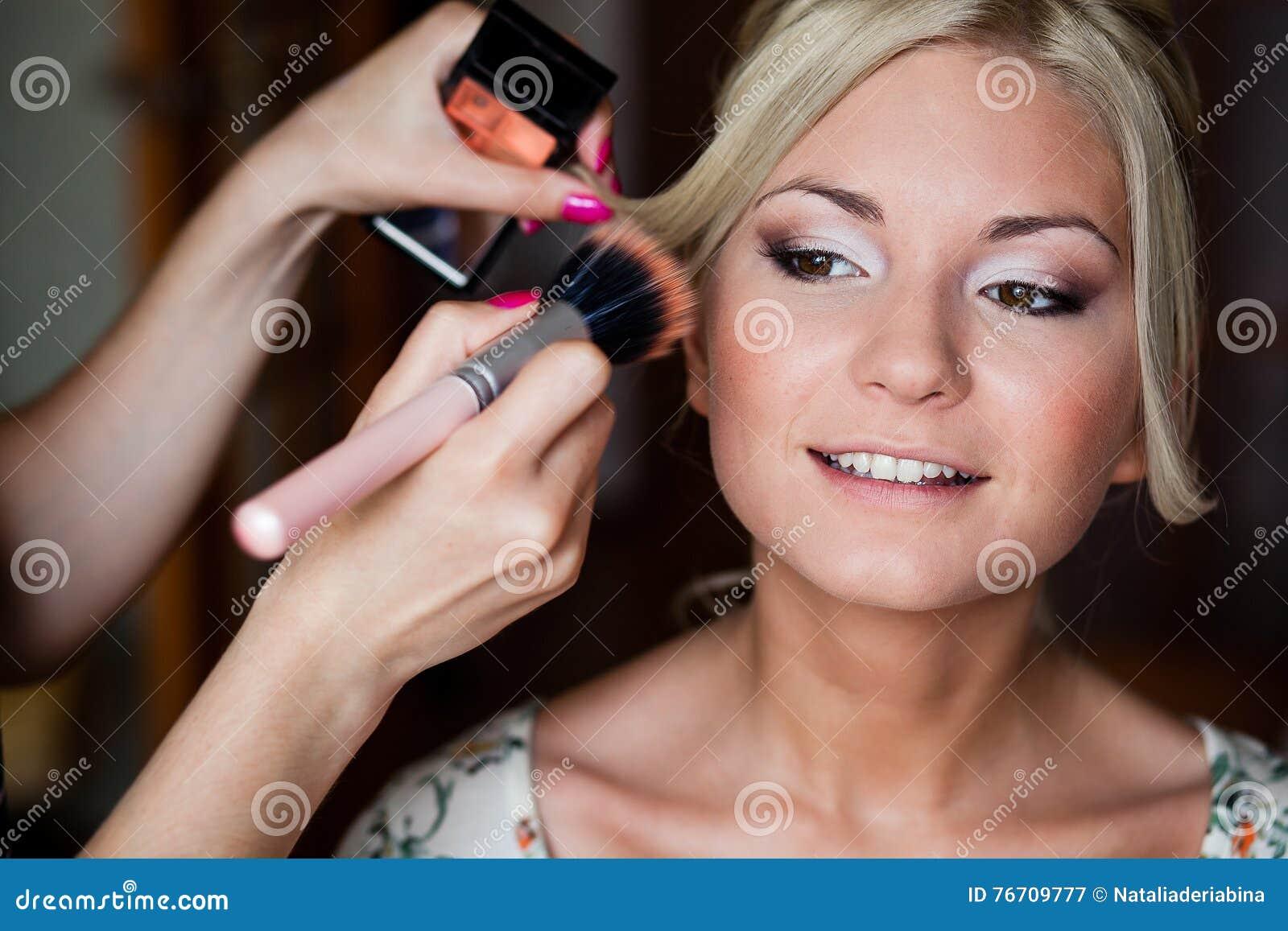 c1ff7c64f32 Ο καλλιτέχνης Makeup κάνει τη νέα όμορφη νύφη το νυφικό Makeup Στοκ ...