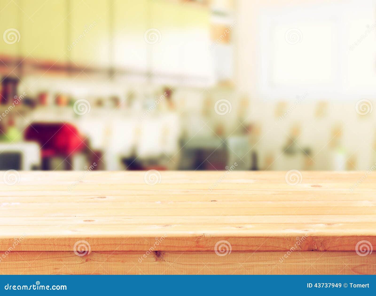 Ο κενός επιτραπέζιος πίνακας και το αναδρομικό υπόβαθρο κουζινών