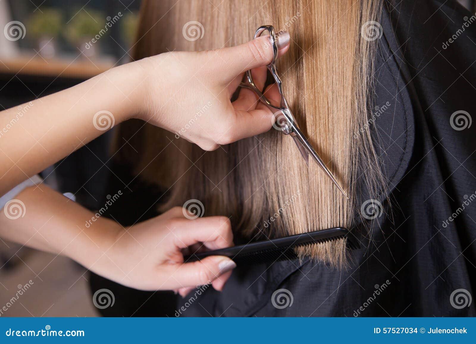 Ο κομμωτής έκοψε τα ξανθά μαλλιά μιας γυναίκας