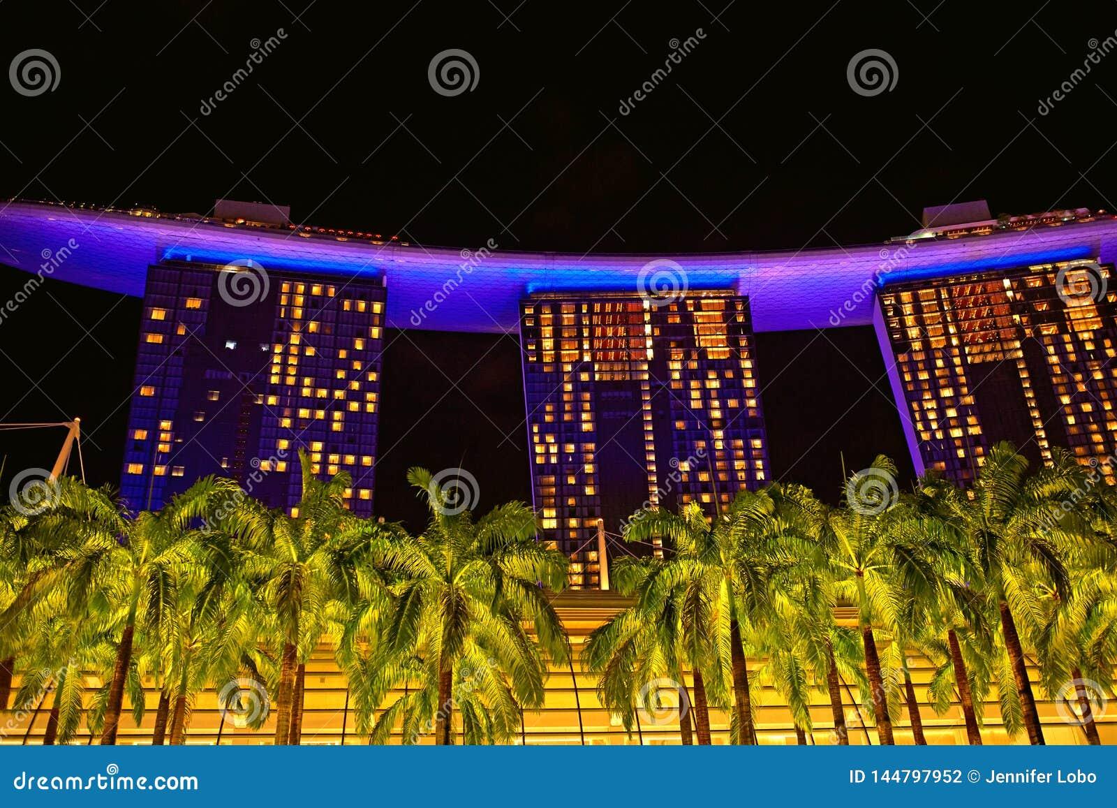 Ο κόλπος μαρινών στρώνει με άμμο το ξενοδοχείο τη νύχτα