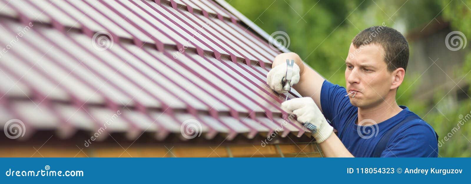 Ο κύριος κάνει την εργασία επισκευής για τη στέγη, στο αριστερό μια κενή θέση για μια επιγραφή