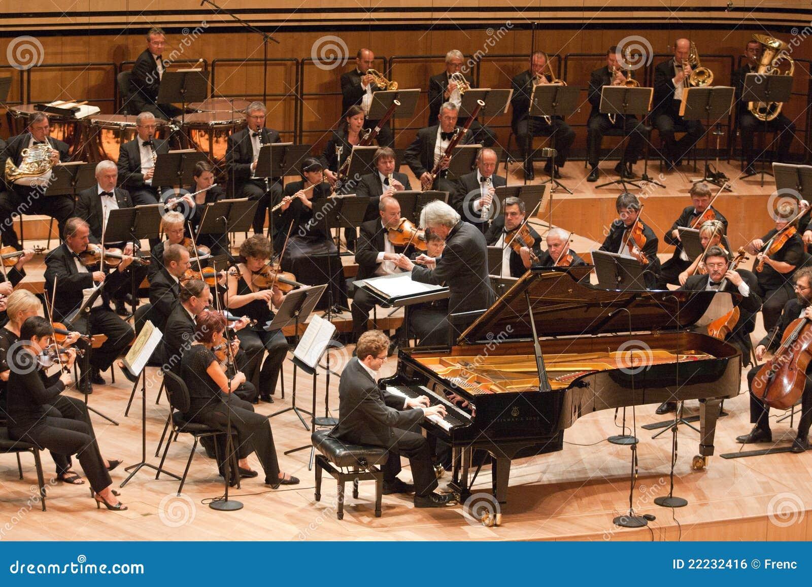 Ο Κ. συμφωνική ορχήστρα εκτελεί