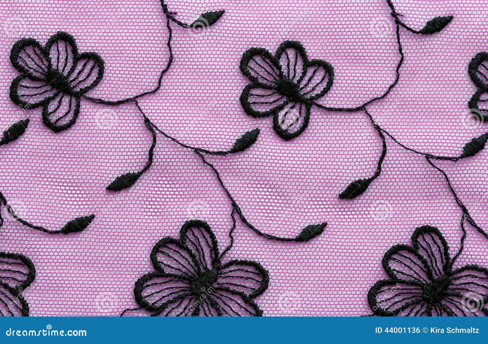 Ο Μαύρος στο ρόδινο λουλουδιών μακρο πυροβολισμό σύστασης δαντελλών υλικό