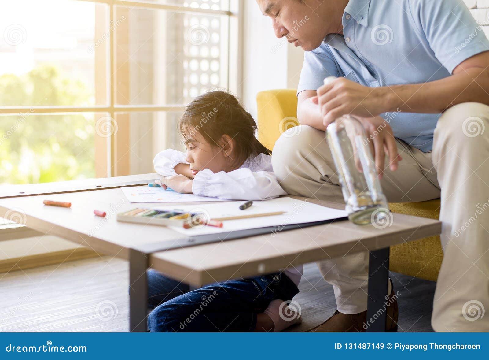 Ο μεθυσμένος πατέρας διδάσκει το παιδί σας για να κάνει την εργασία και την κόρη που φωνάζουν, κοινωνικά οικογενειακά ζητήματα