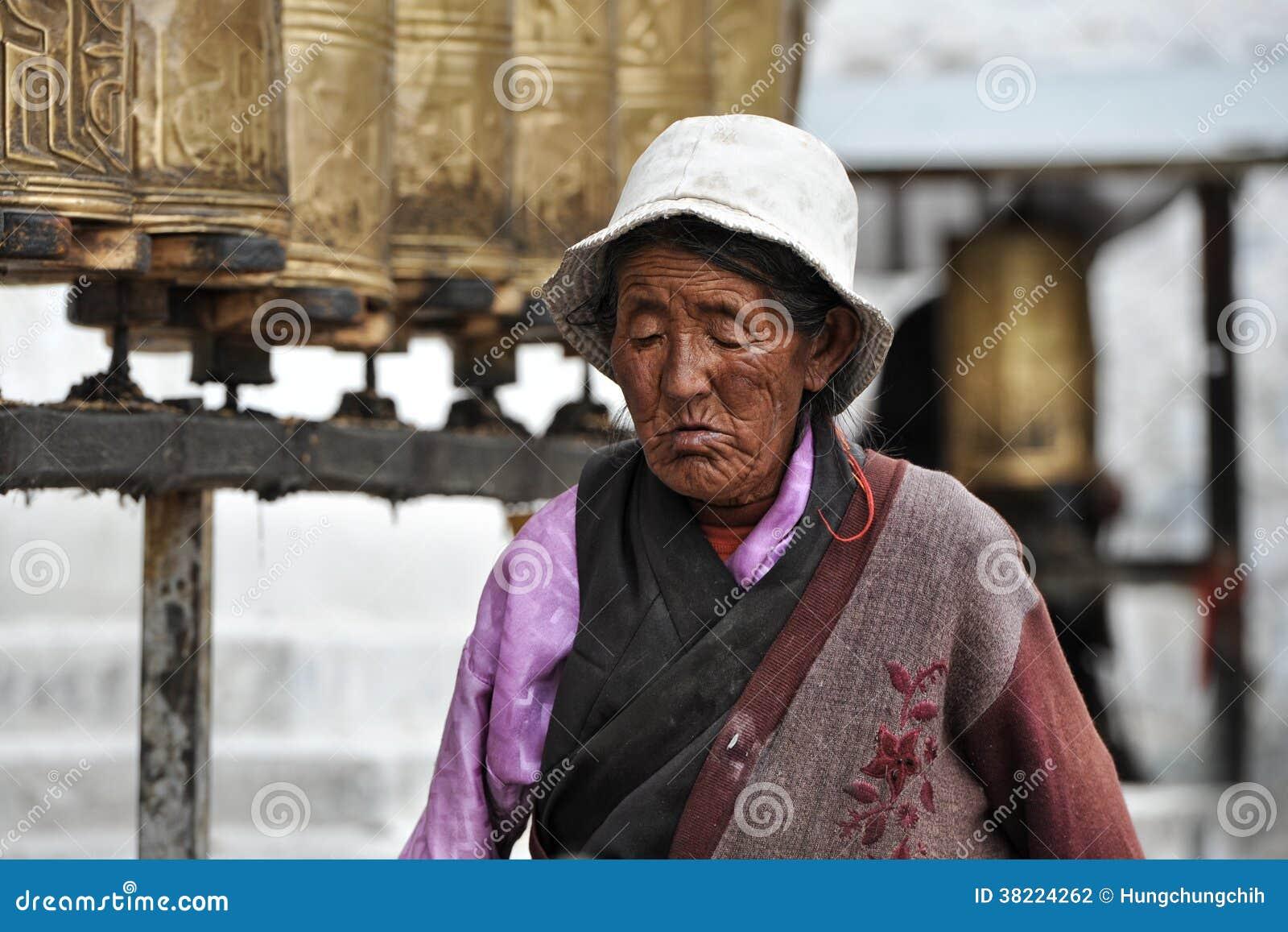 Ο μη αναγνωρισμένος θιβετιανός προσκυνητής περιβάλλει το παλάτι Potala
