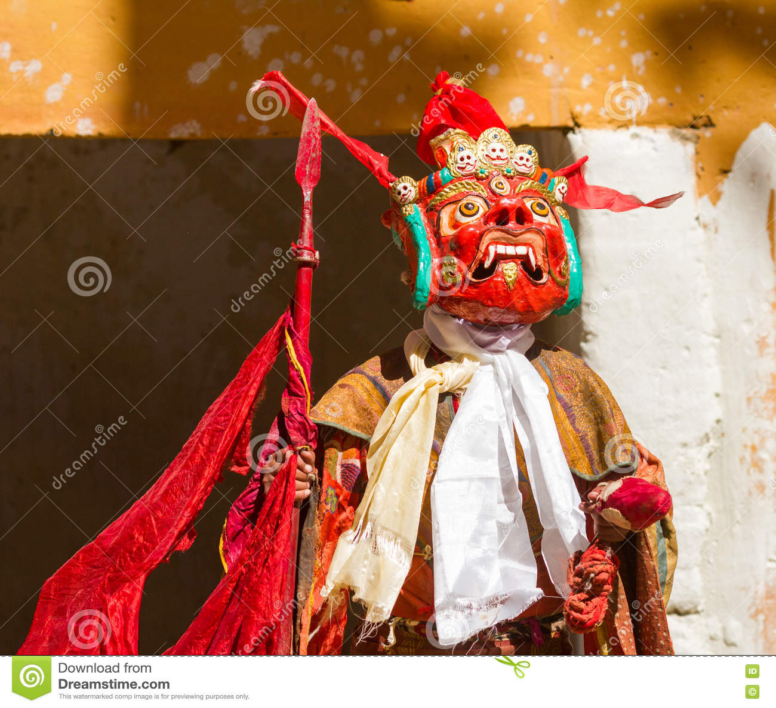 Ο μη αναγνωρισμένος μοναχός στη μάσκα με τη λόγχη εκτελεί το θρησκευτικό χορό μυστηρίου του θιβετιανού βουδισμού κατά τη διάρκεια