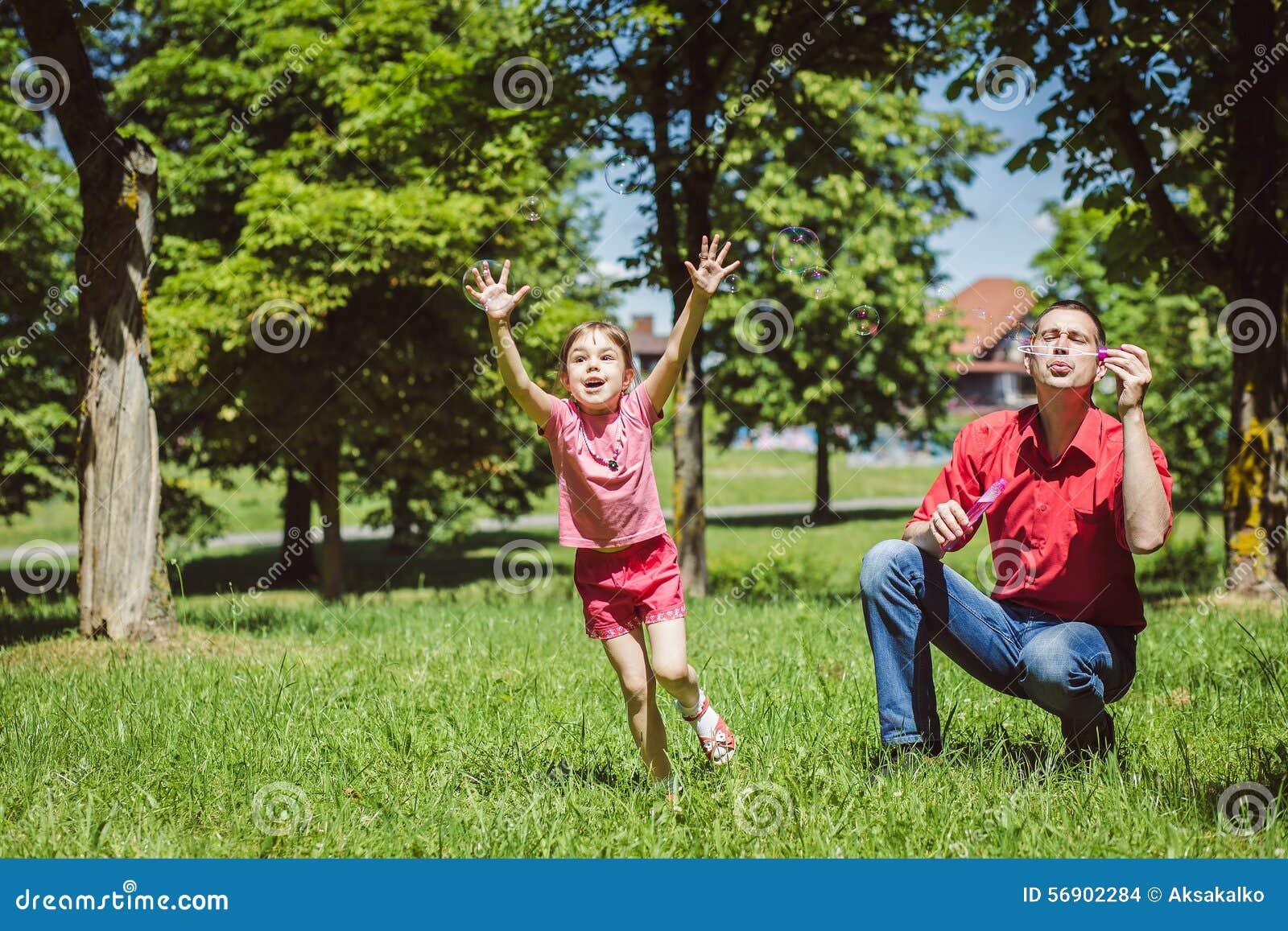 Ο μπαμπάς και η κόρη του κάνουν τις φυσαλίδες