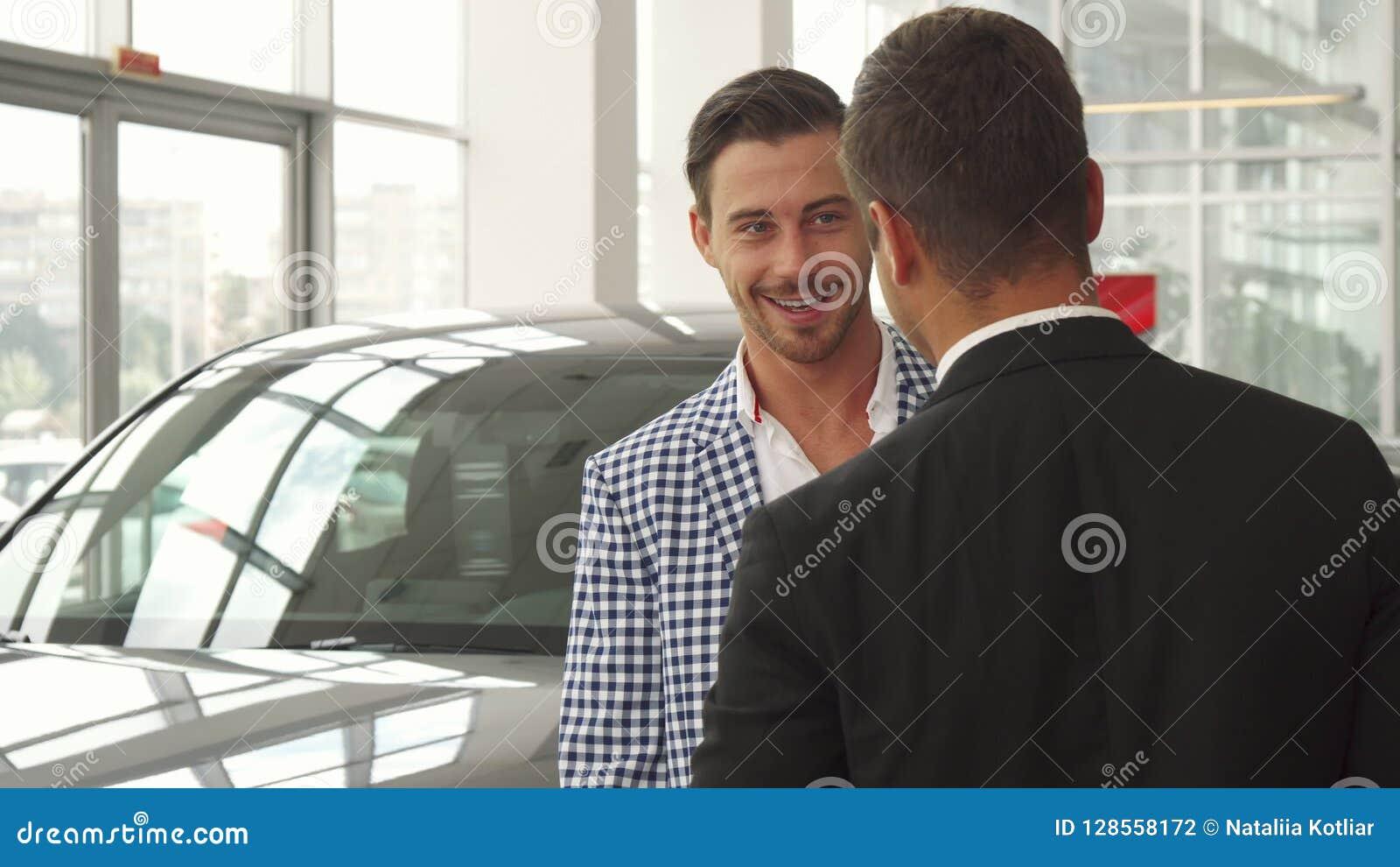Ο νέος αγοραστής επιθεωρεί το επιλεγμένο αυτοκίνητο