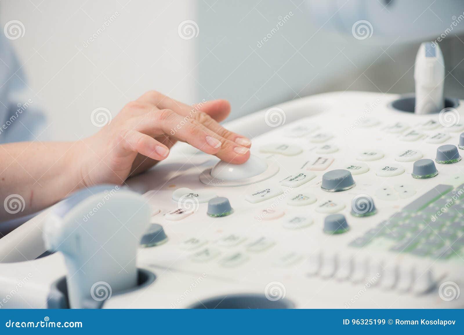 Ο νέος γιατρός ` s γυναικών δίνει κοντά επάνω να προετοιμαστεί για μια ανίχνευση συσκευών υπερήχου